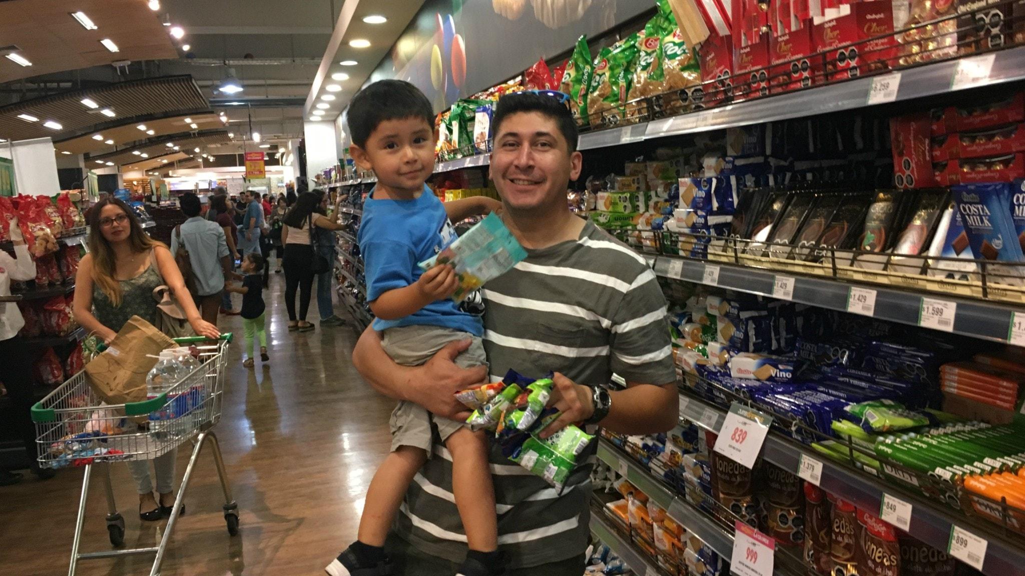 Andres Moreira med sin då 2-årige son i en matbutik