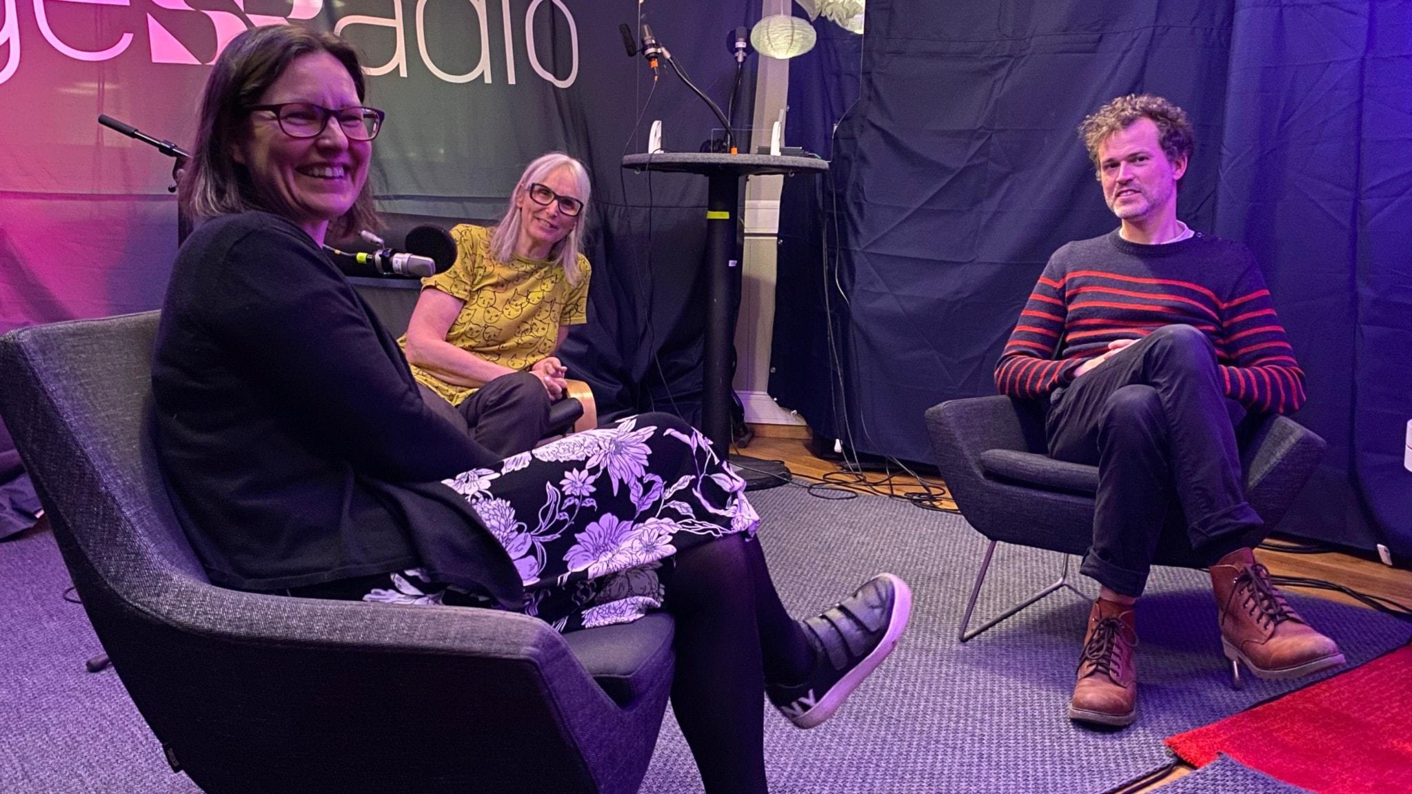 Deltagarna i bokcirkeln Mia Johansson-Soller, Vetenskapsradions Annika Östman och Petter Hellström.