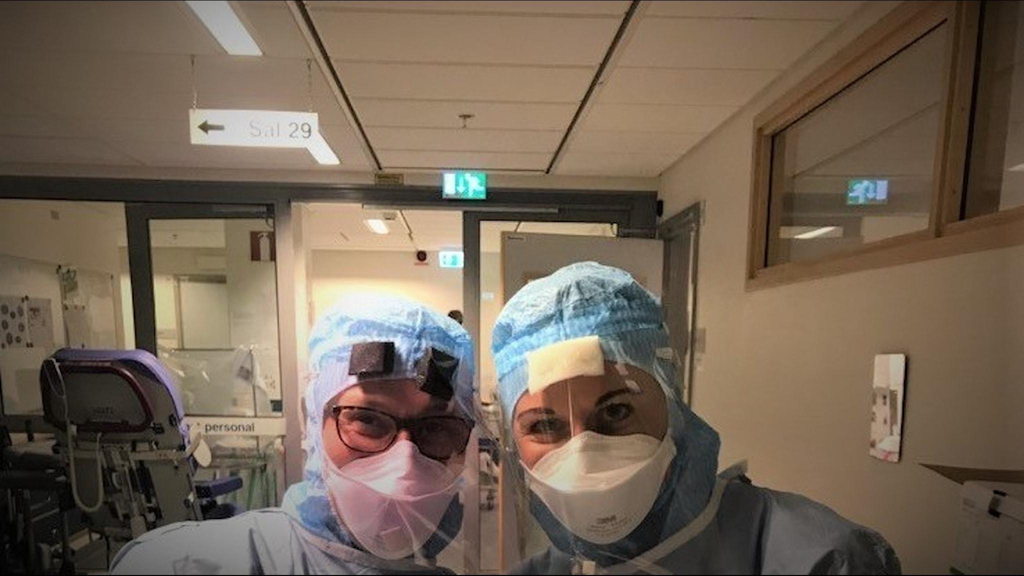 En undersköterksa och en sjuksköterskor i skyddskläder