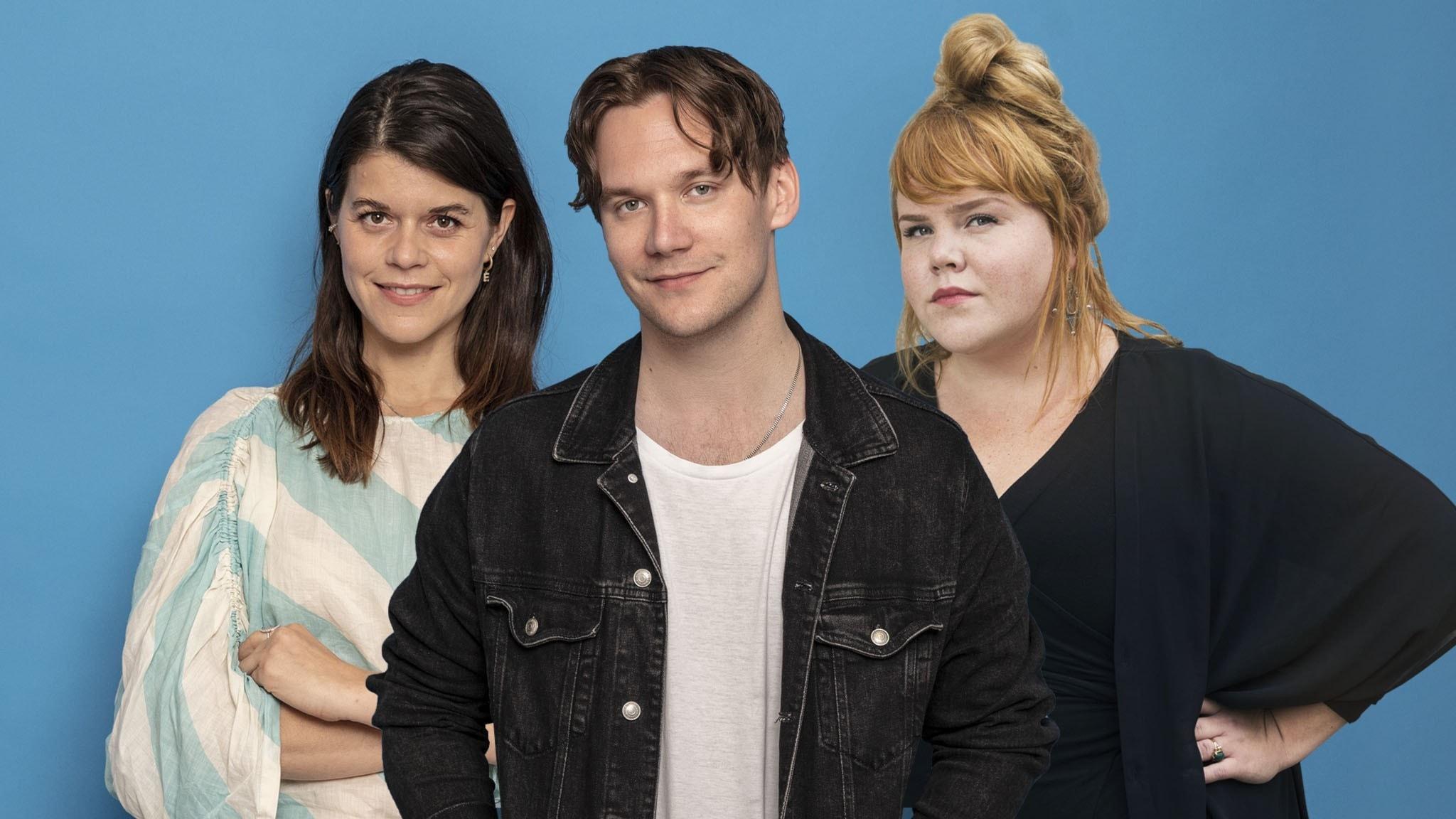 Emma Molin, Christopher Garplind, Linnea Wikblad framför blå bakgrund
