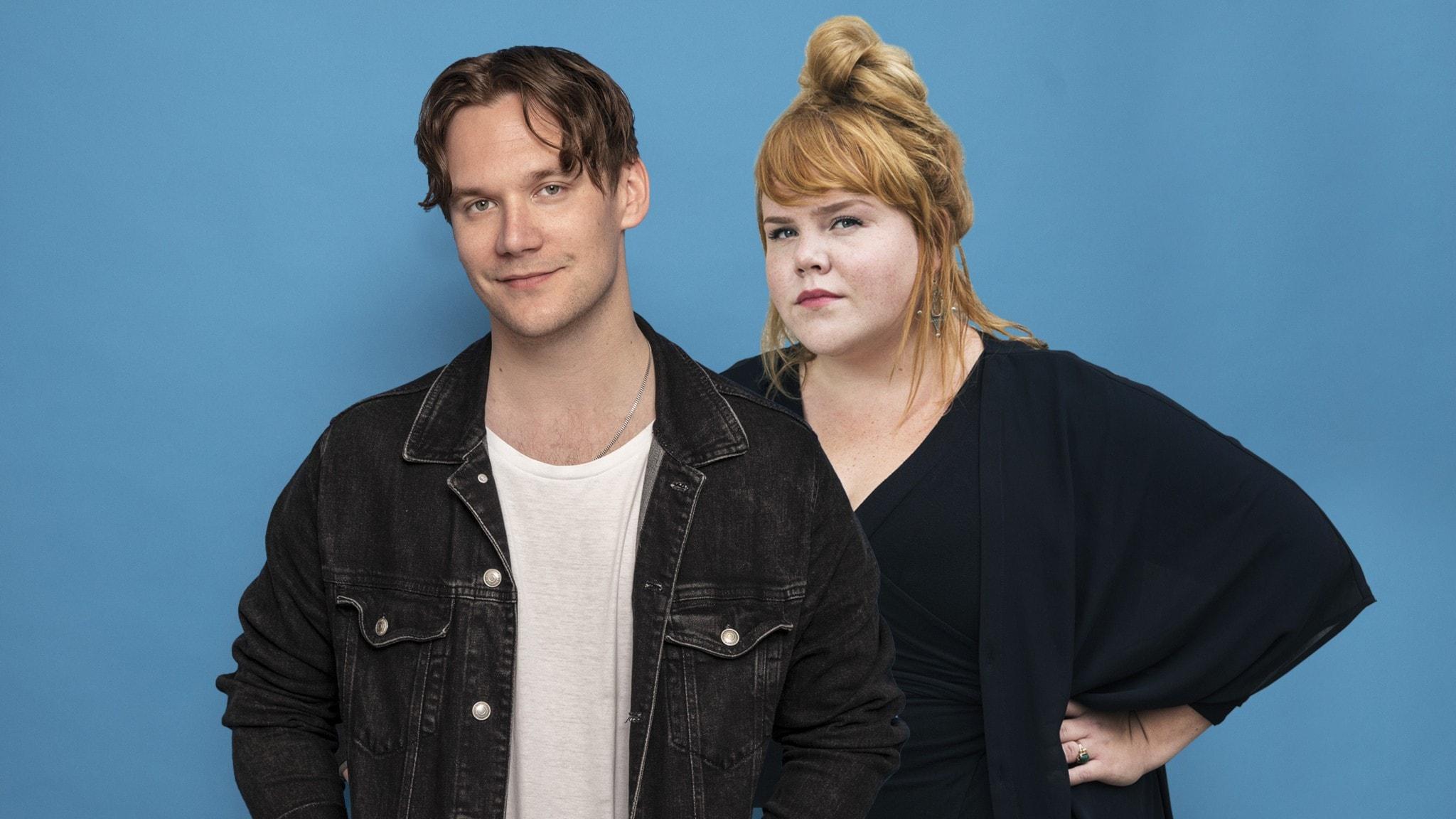 Christopher Garplind och Linnéa Wikblad framför blå bakgrund