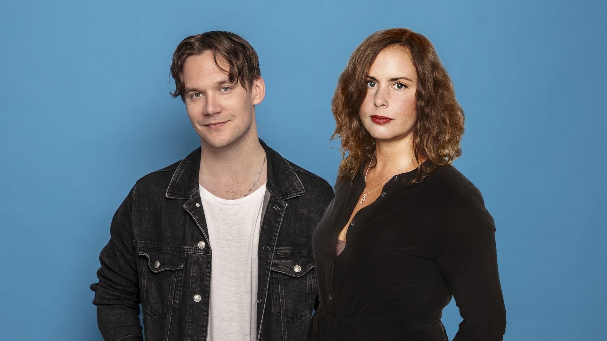 Christopher Garplind och Hanna Hellquist framför blå bakgrund