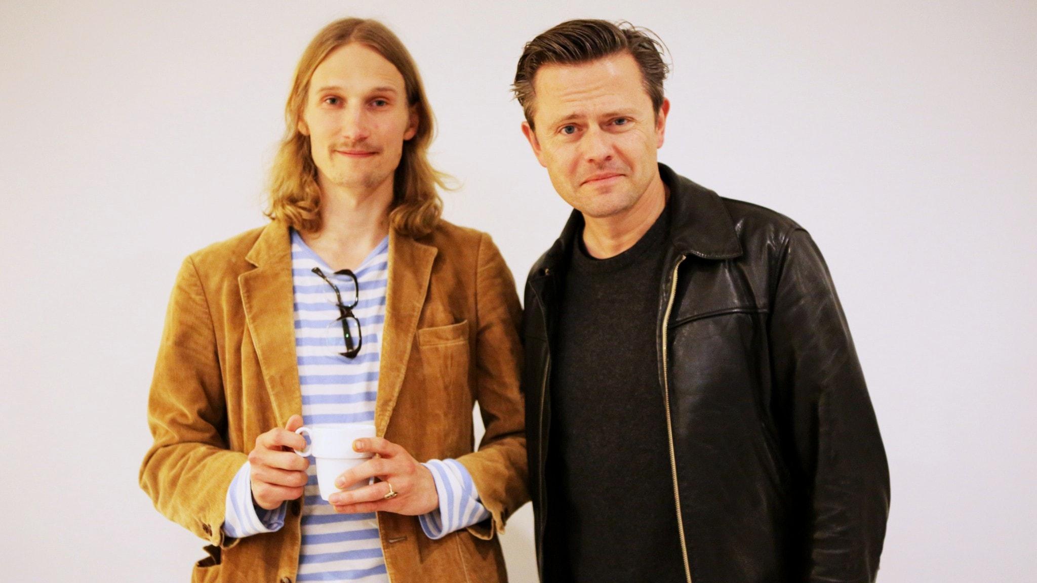 Bild på programledare Marcus och gästen Fredrik Wikingsson.