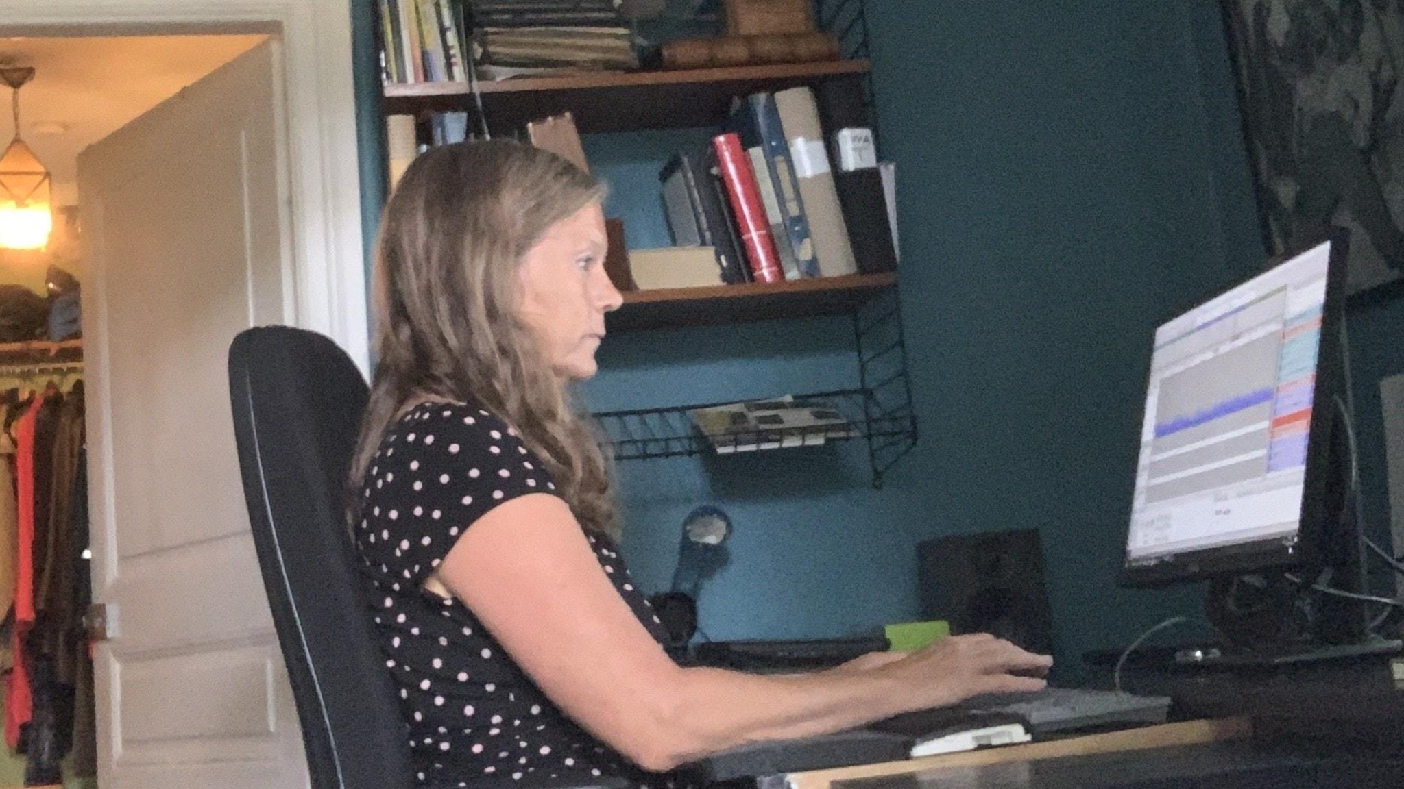 Lena Nordlund jobbar vid datorn.