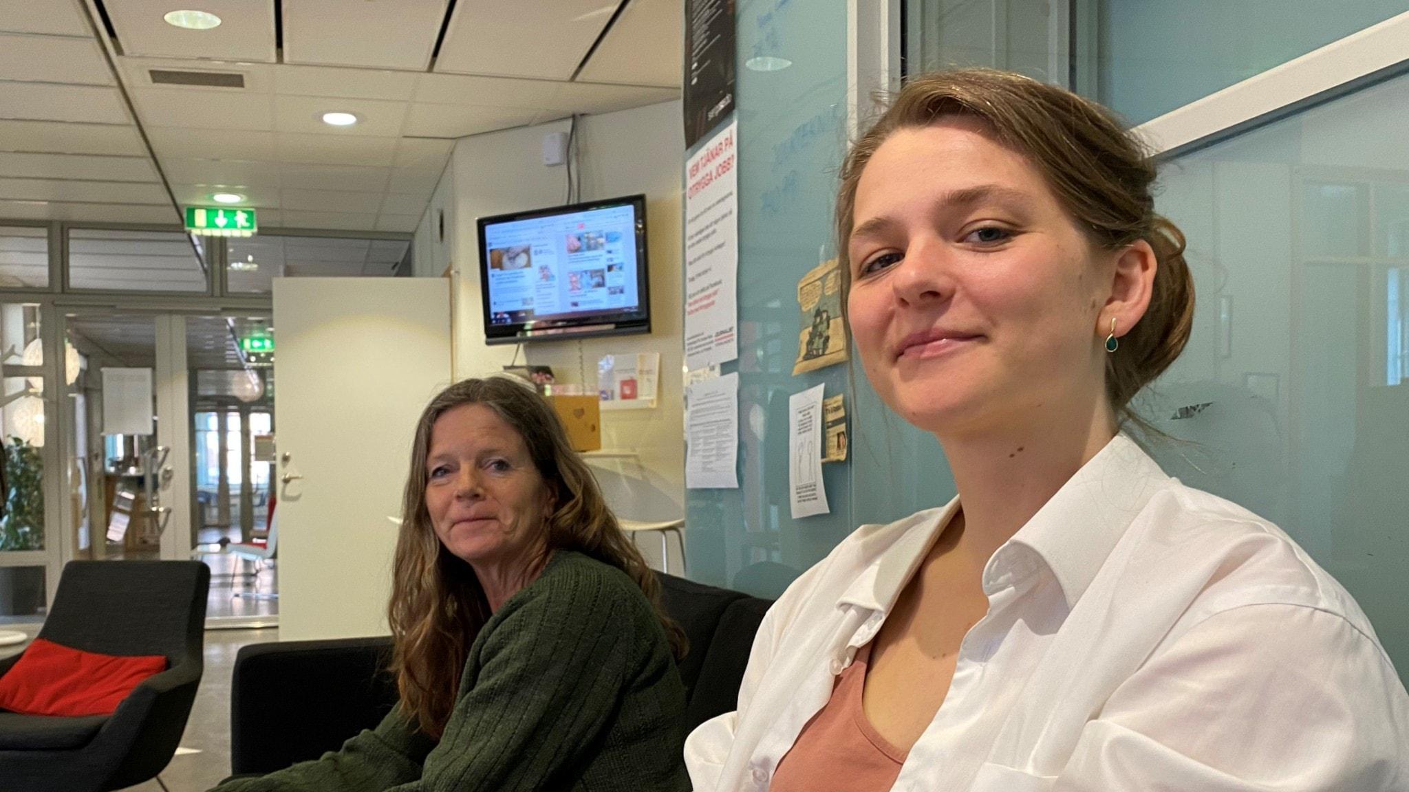 Lena Nordlund och Julia Videgård sitter i en soffa på redaktionen.