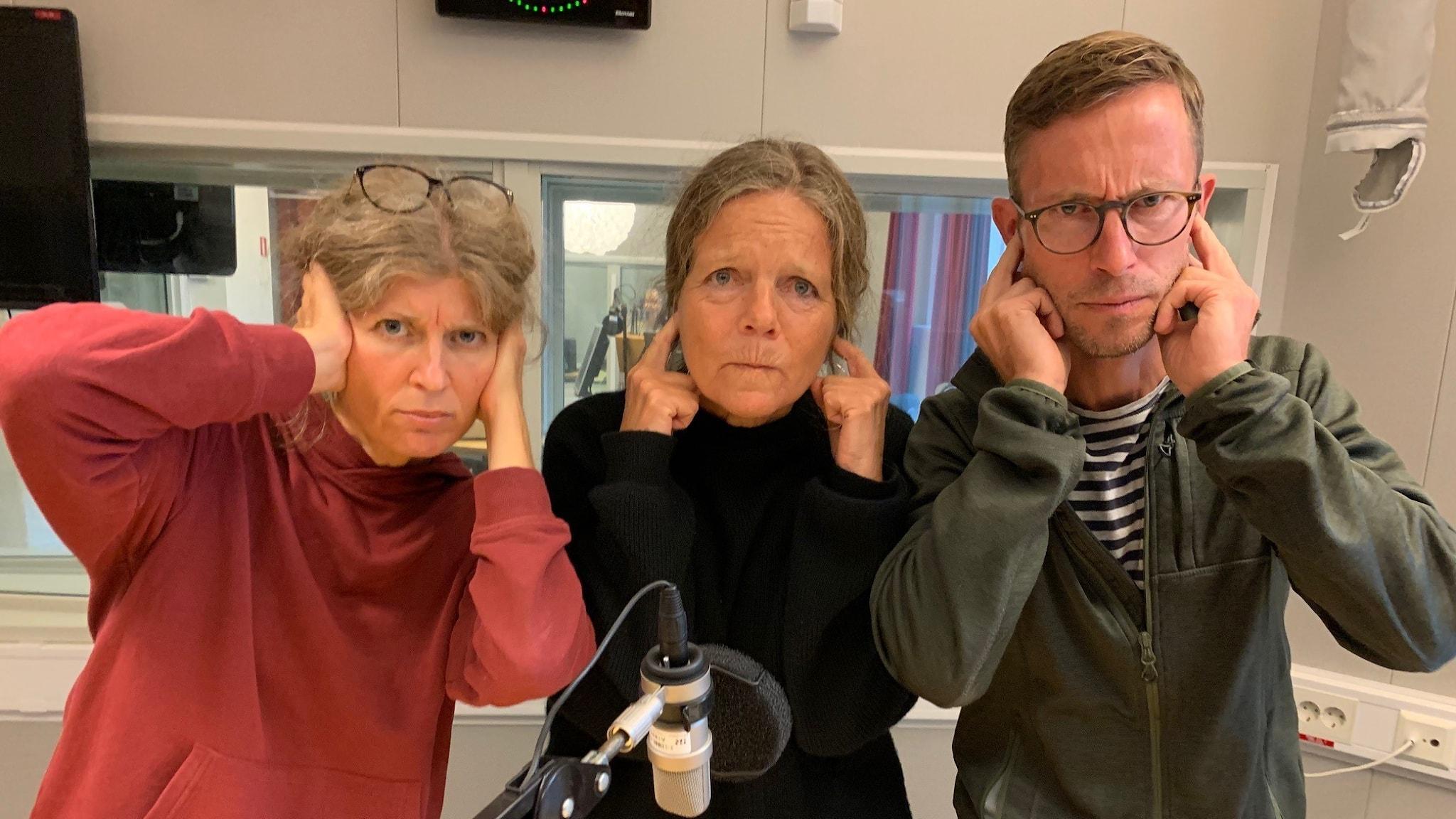 Mona Hambraeus, Lena Nordlund och Björn Gunér håller för öronen.