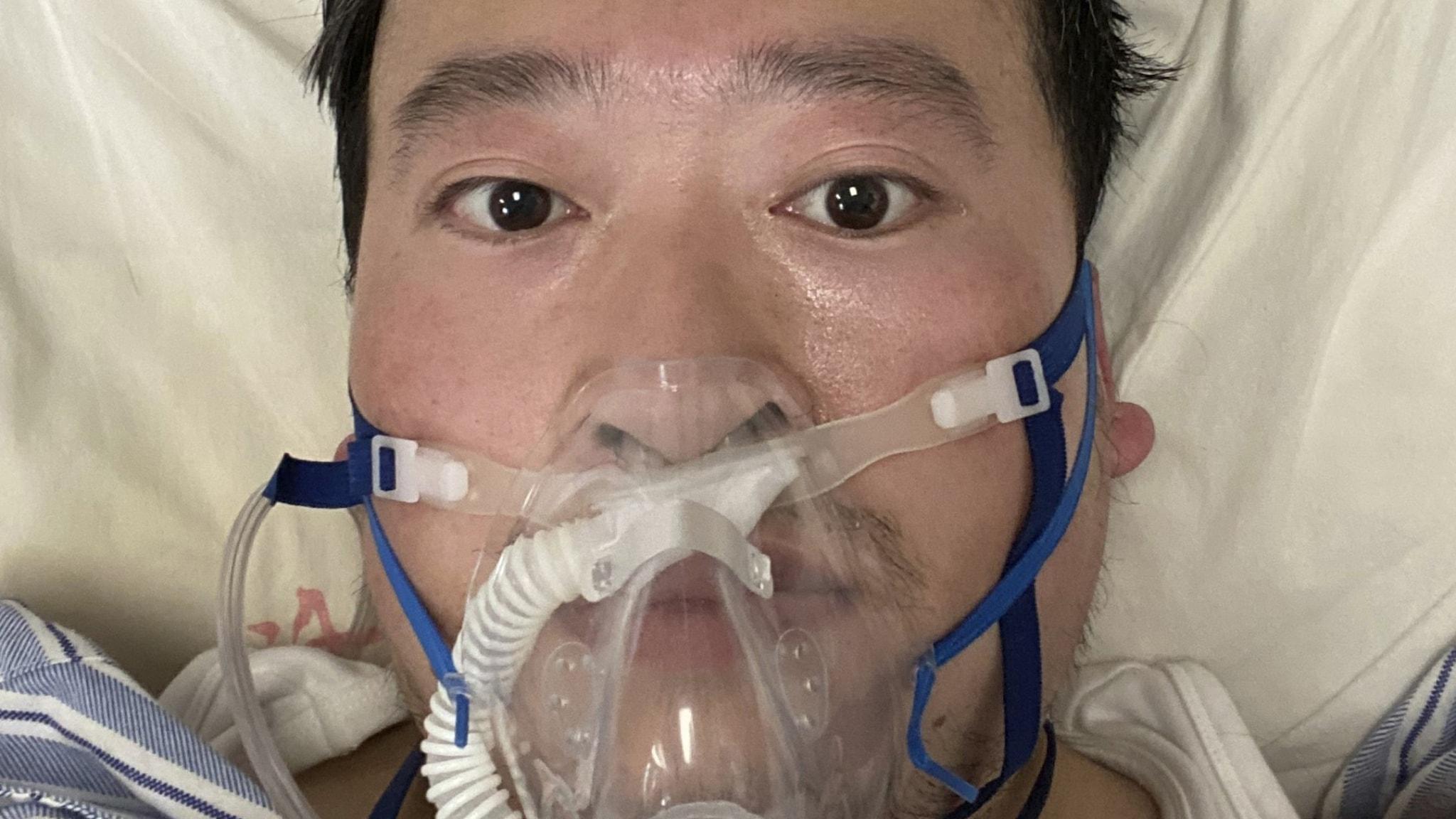 Läkaren Li Wenliang ligger med andningsmask i sängen.