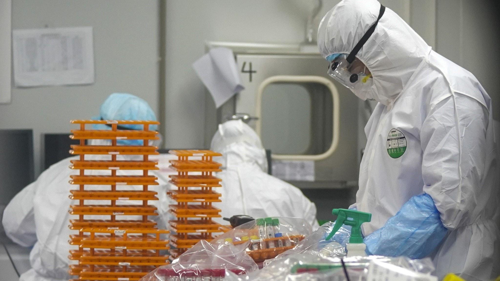 Personal i säkerhetskläder på ett labb.