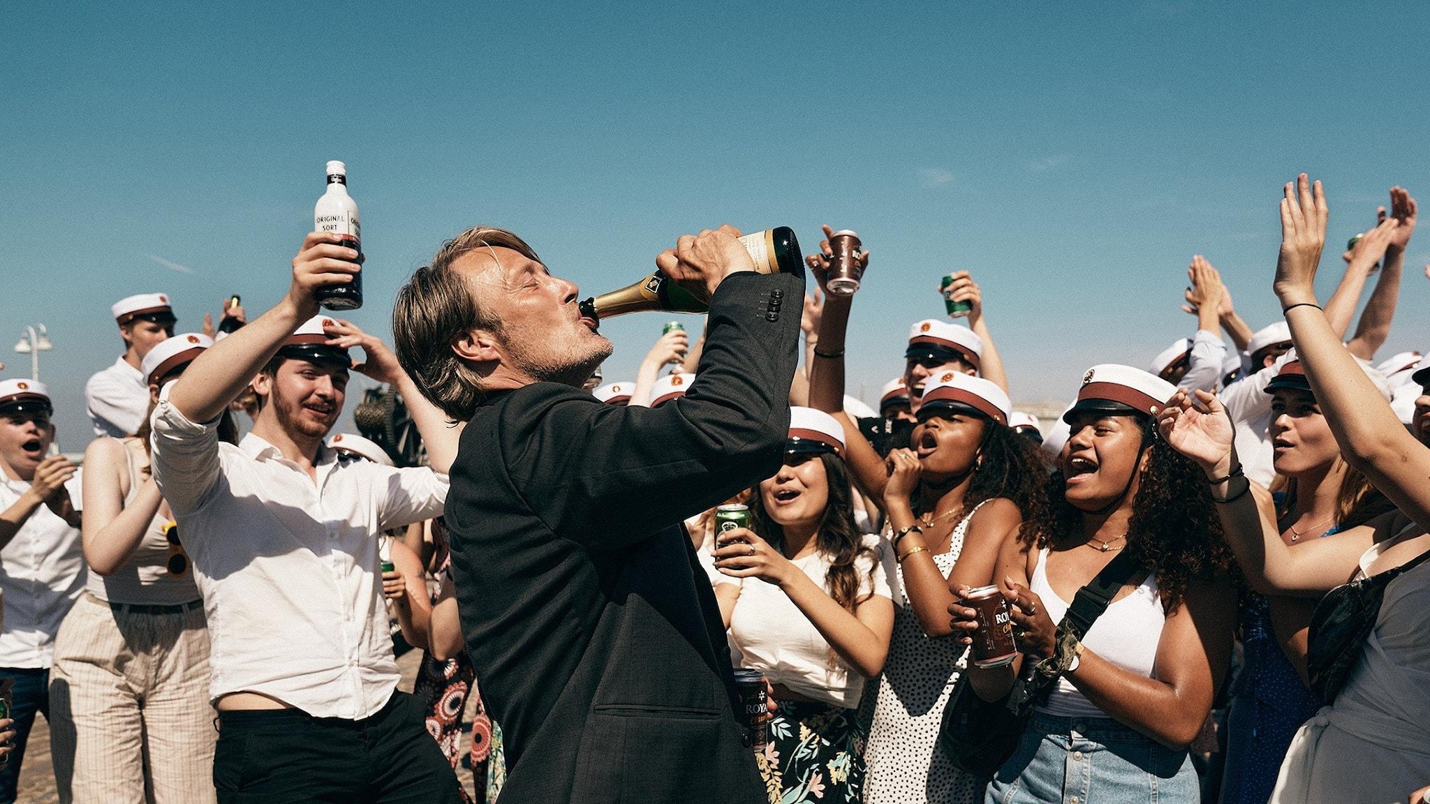 "Mads Mikkelsen halsar champagne i filmen ""En runda till"""