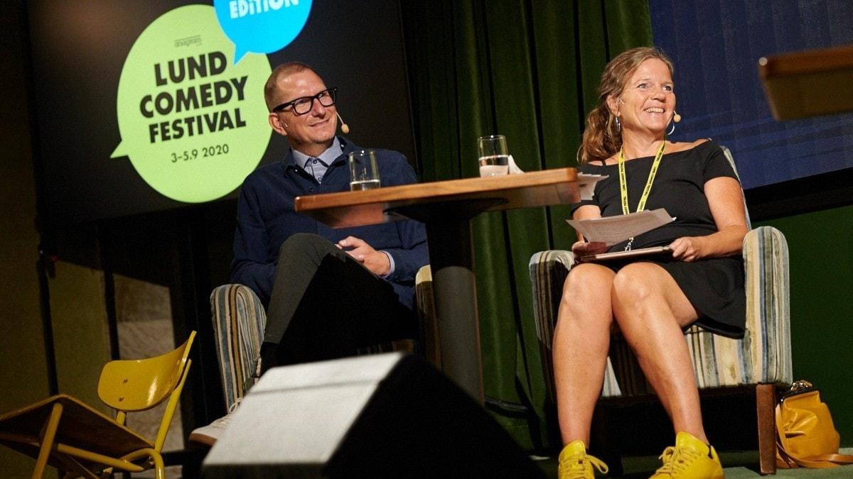 Vi skär upp grodan. På scen inför publik. Och skrattar.