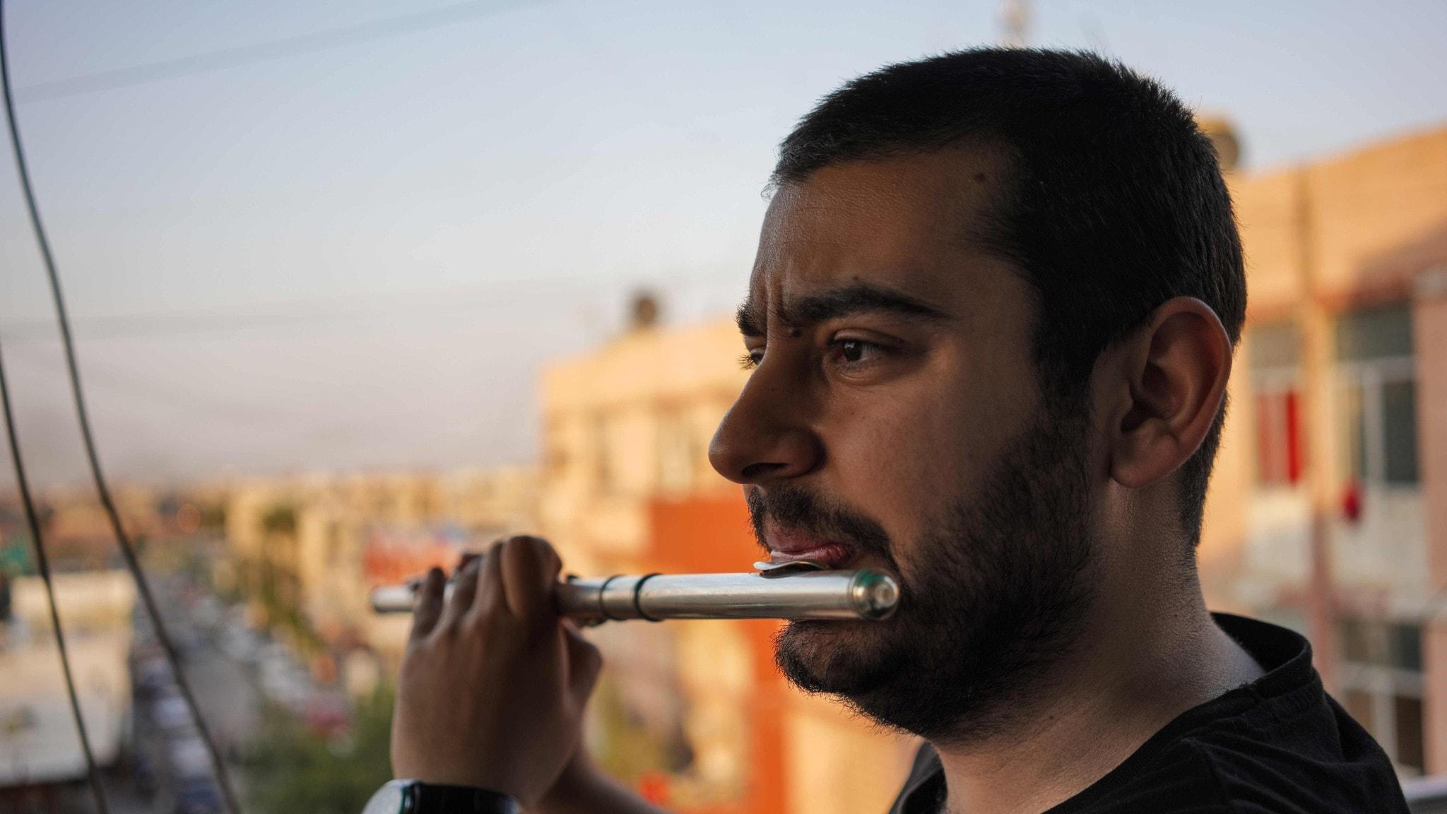 Ung man med flöjt, på en balkong i Bagdad.