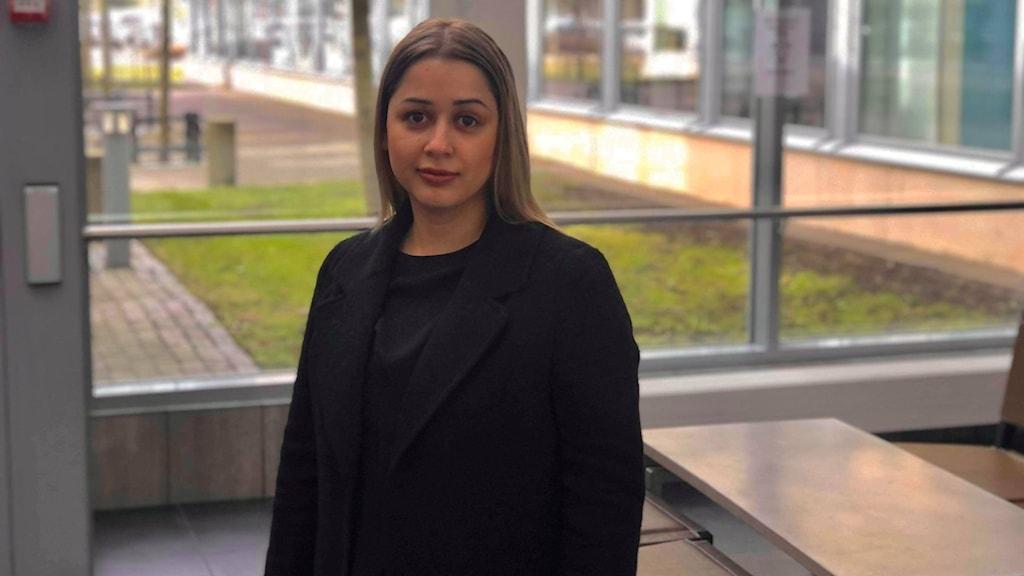 Sunita Demirovic pluggar rättsvetenskap i Luleå och befinner sig i skolmiljö.