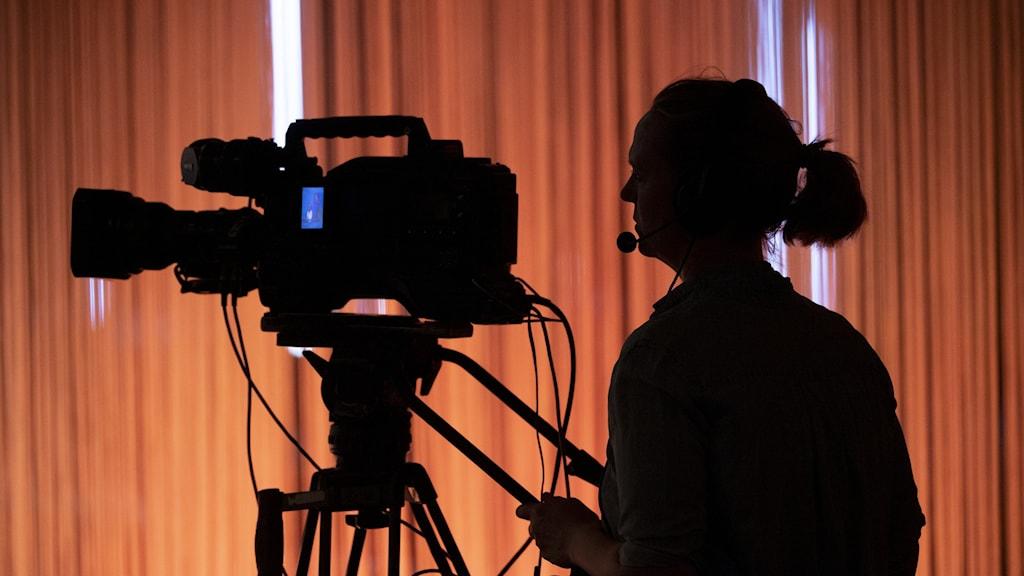 Kvinna bakom filmkamera.