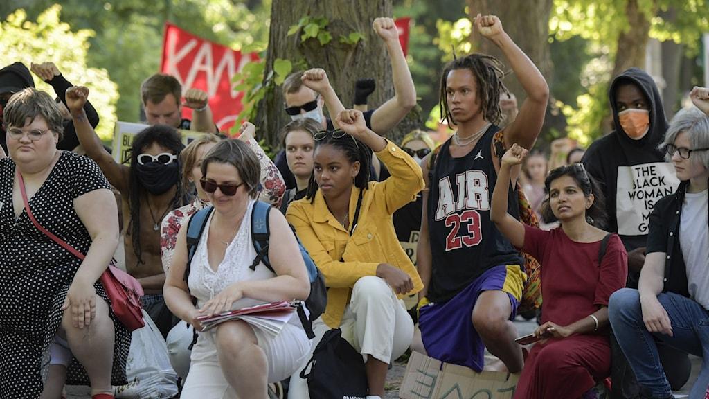 En Black lives matter-demonstration vid Berwaldhallen bredvid USAs ambassad i Stockholm.