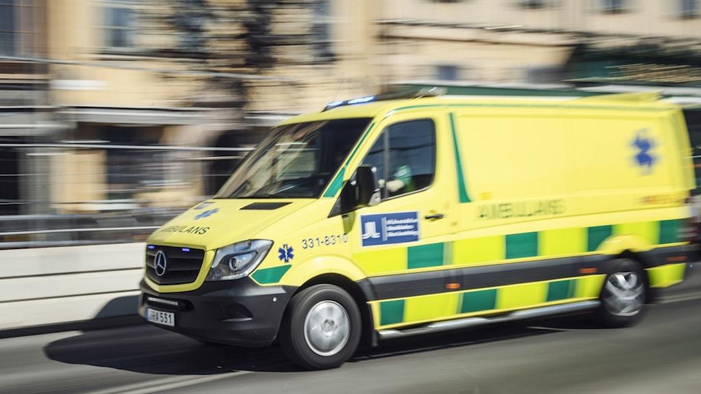 Bild av en ambulans i farten