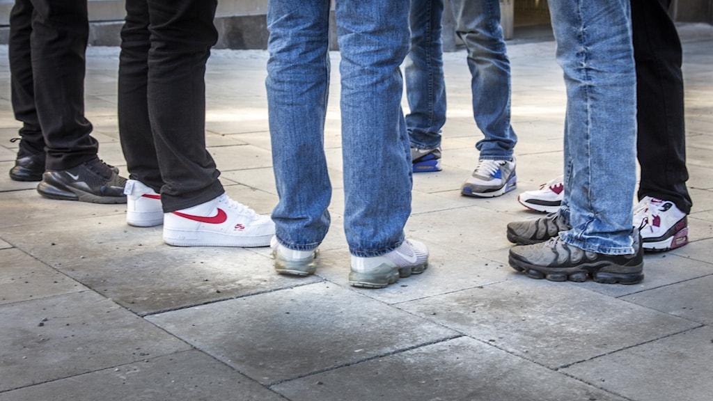 Bild på nederdelen av benen på ungdomar.