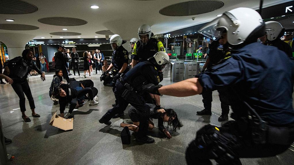 Polis försöker skringra unga demonstranter vid tunnelbanan i T-centralen