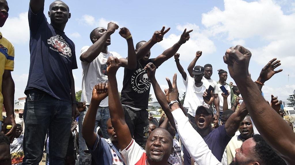 Demonstranter protesterar mot polisvåld i Nigeria.