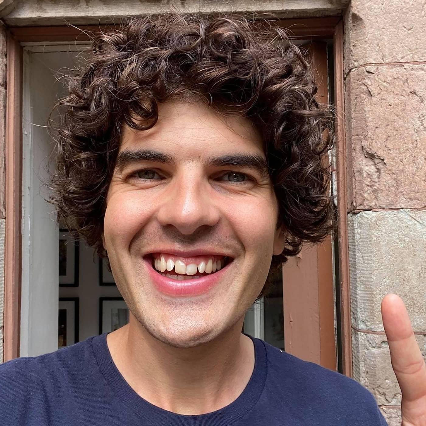 Komikern Daniel Hallberg driver med padeltrenden och långbruncher