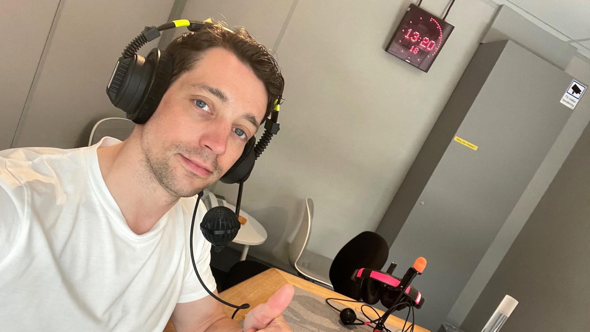 Adam Lundgren i en studio