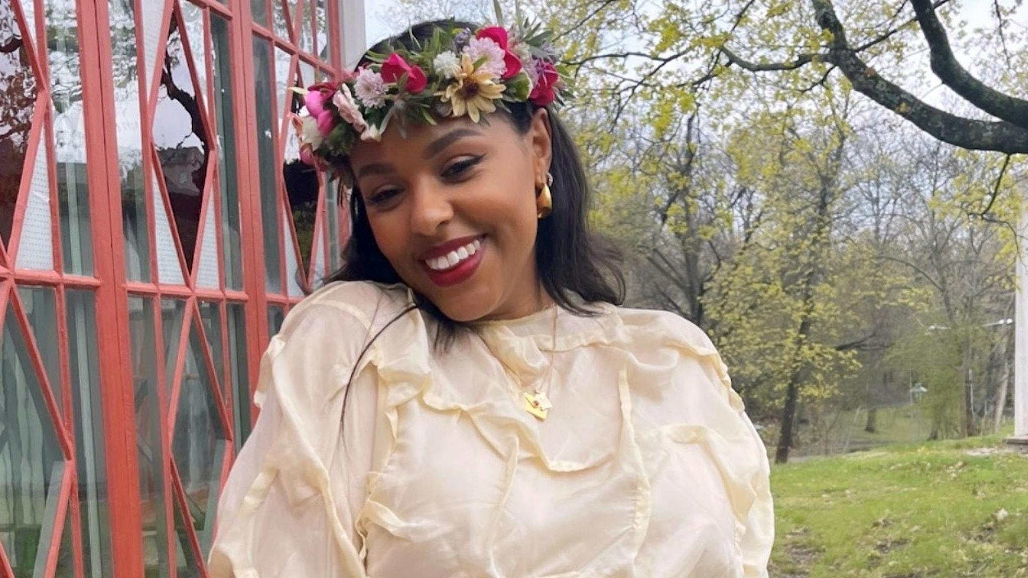 Amie Bramme Sey i blomsterkrans.