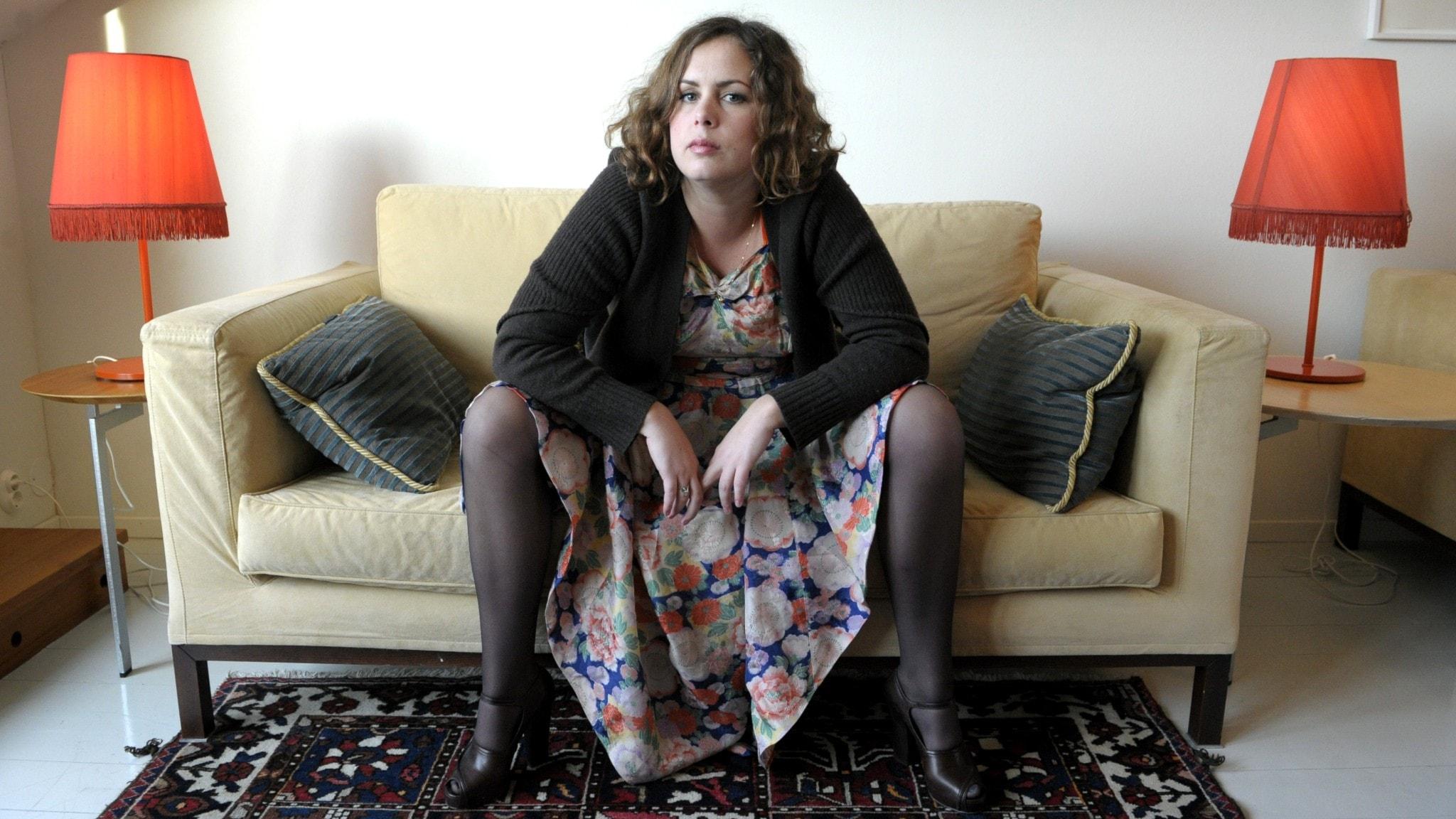 Hanna Hellqvist sitter i en soffa