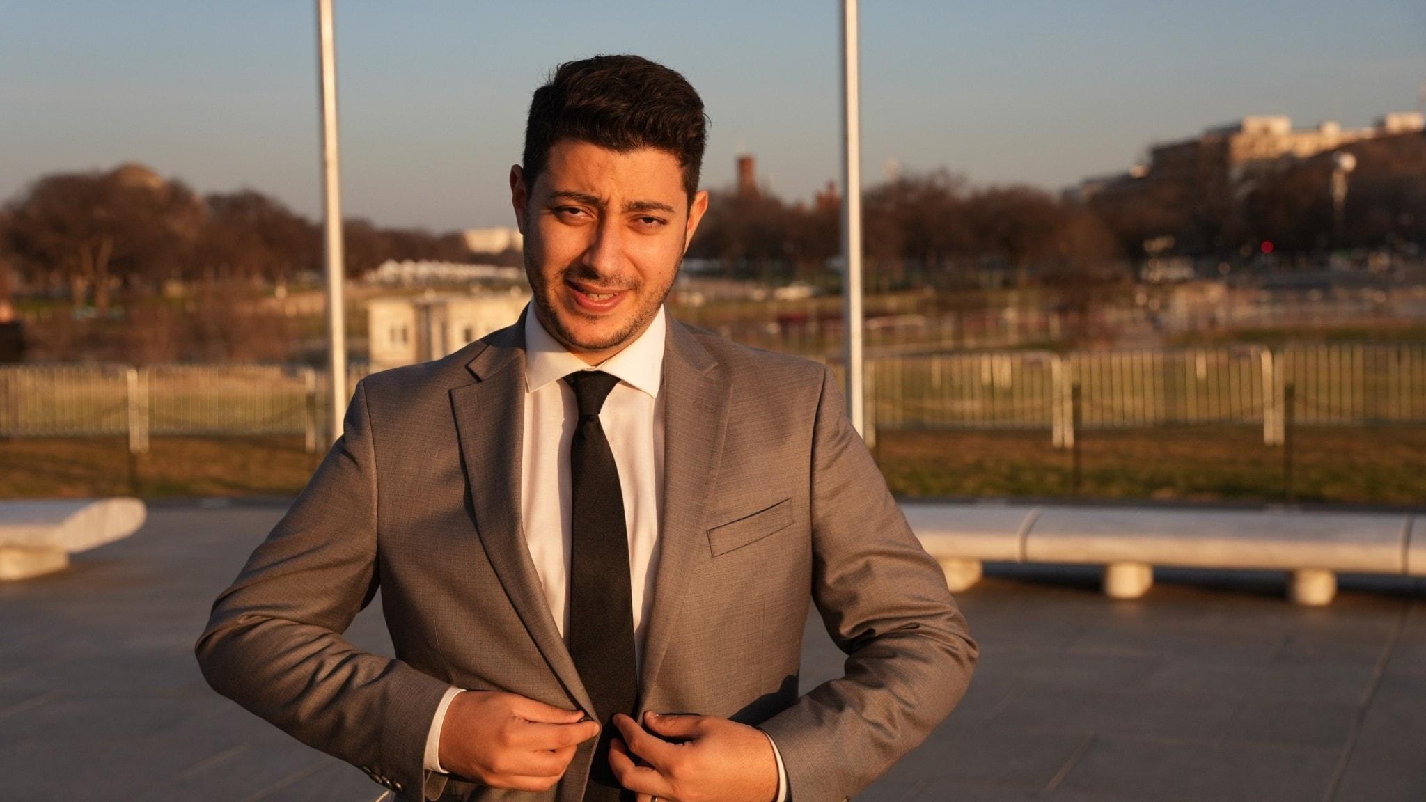 Fouad Youcefi knäpper sin kavaj