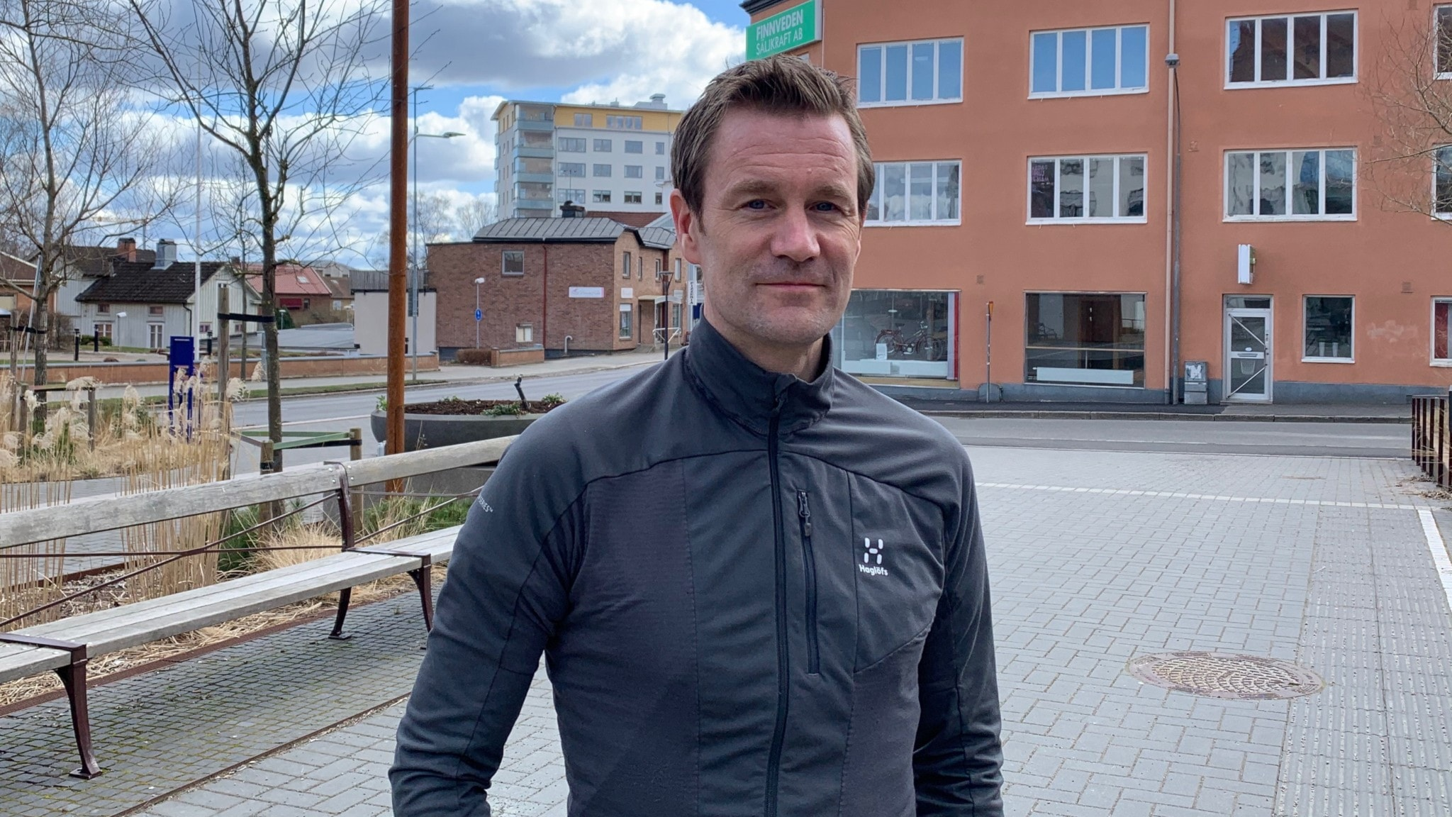 Johan Gustafsson ståendes utomhus
