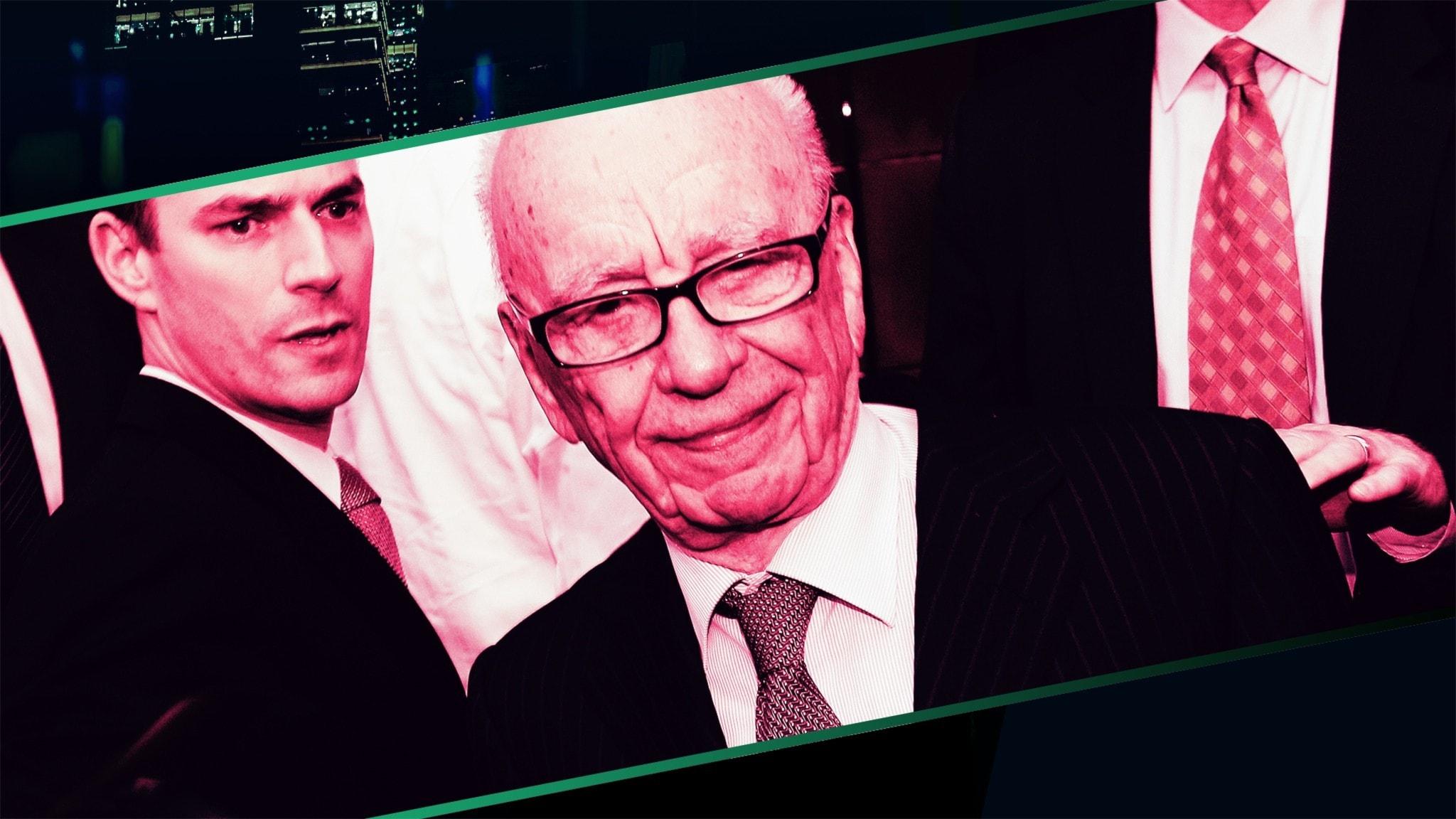 Rupert Murdoch ler mot kameran