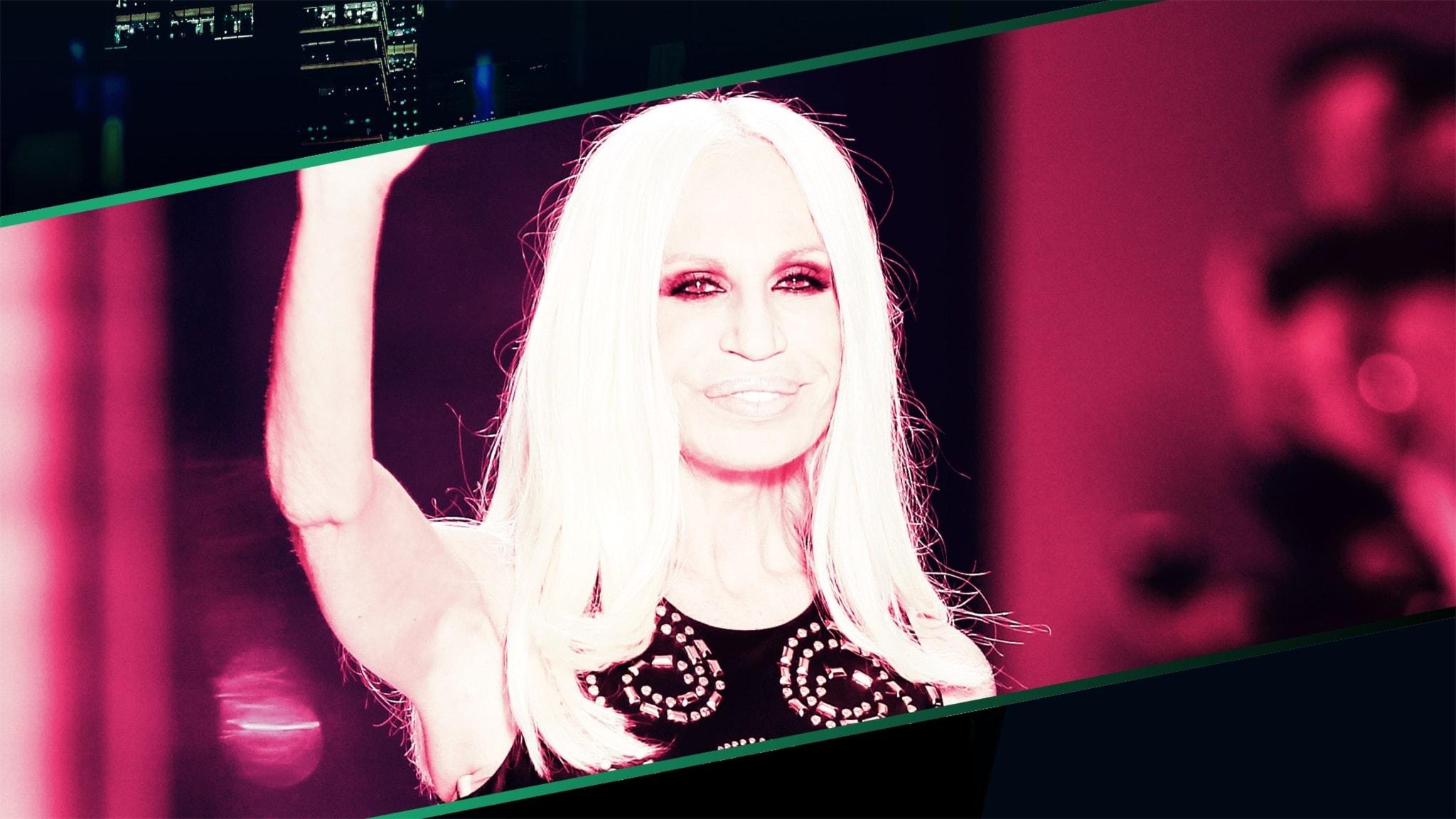 Donatella Versace tackar publiken på catwalken