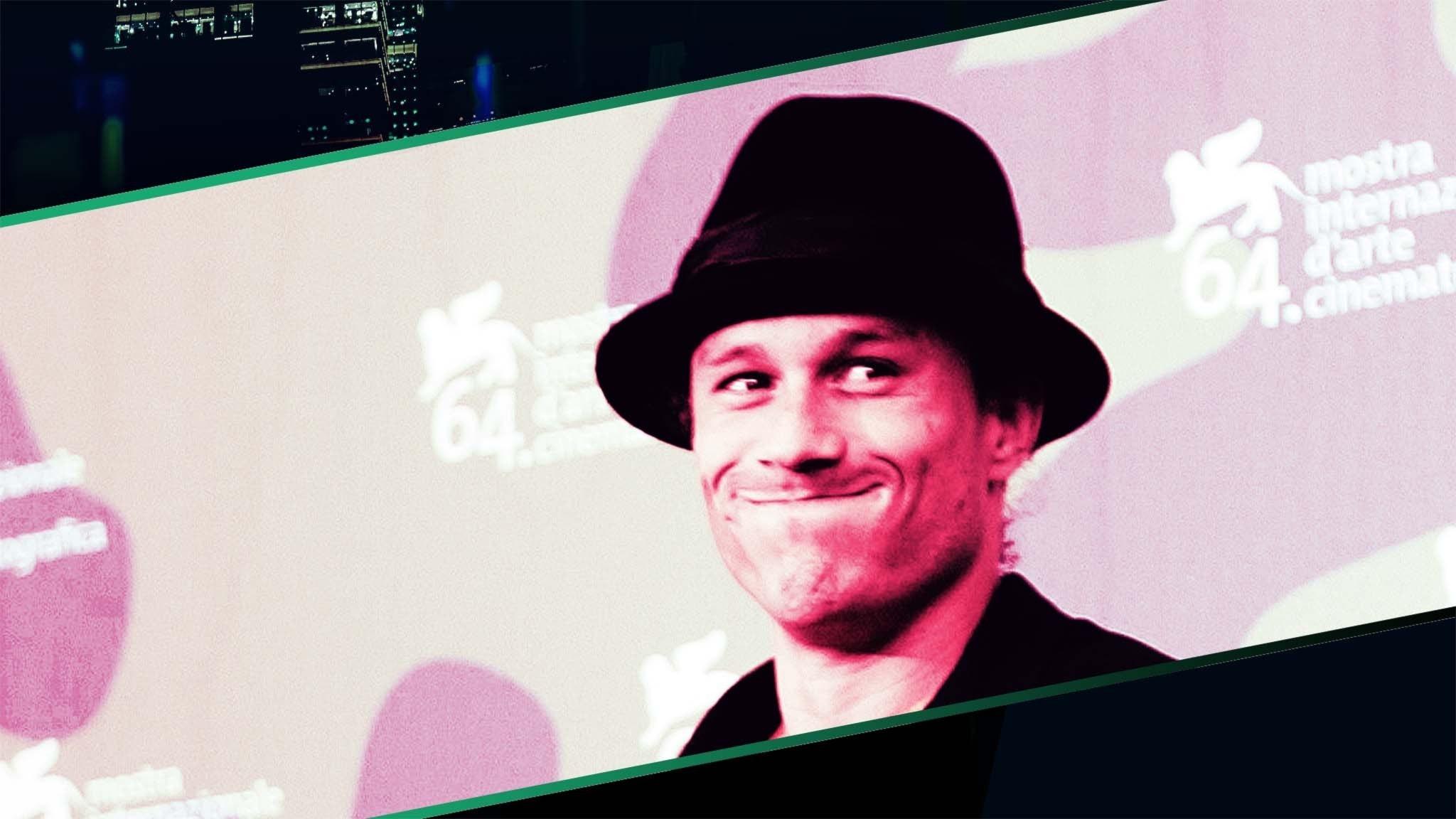 Heath Ledger ler busigt mot kameran