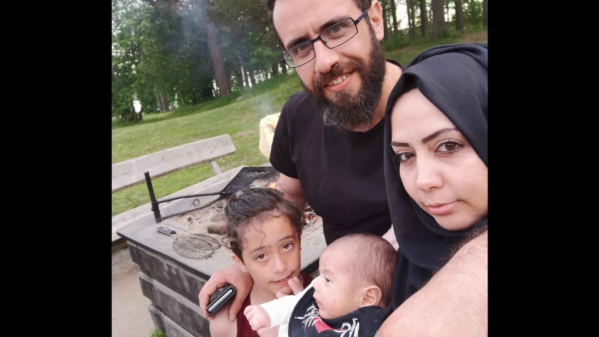 Ahmad Marei tillsammans med sin familj. I bakgrunden syns en eldstad och en gräsmatta.