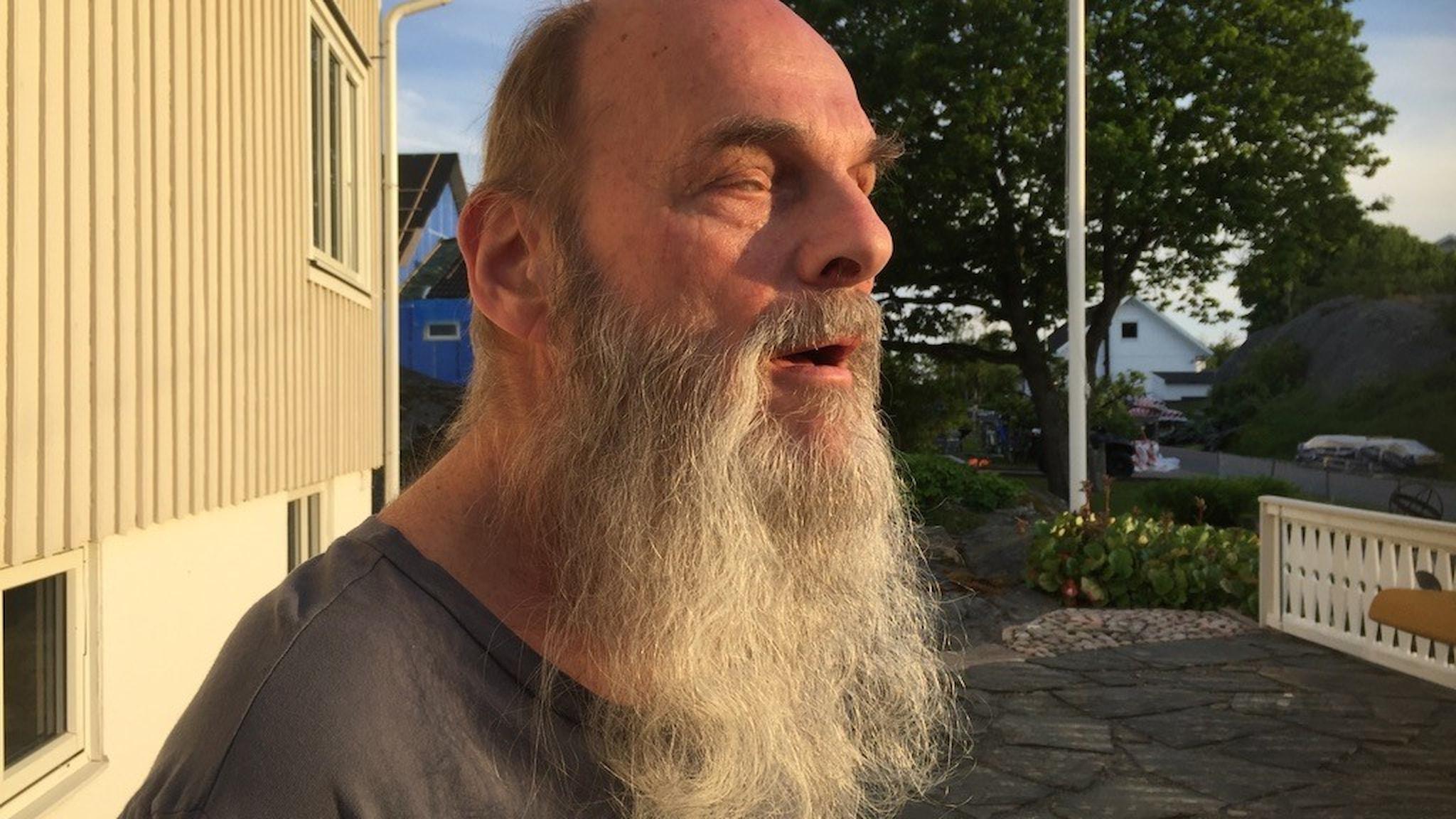 Leif Sunesson, fotad från sidan, lyssnandes.