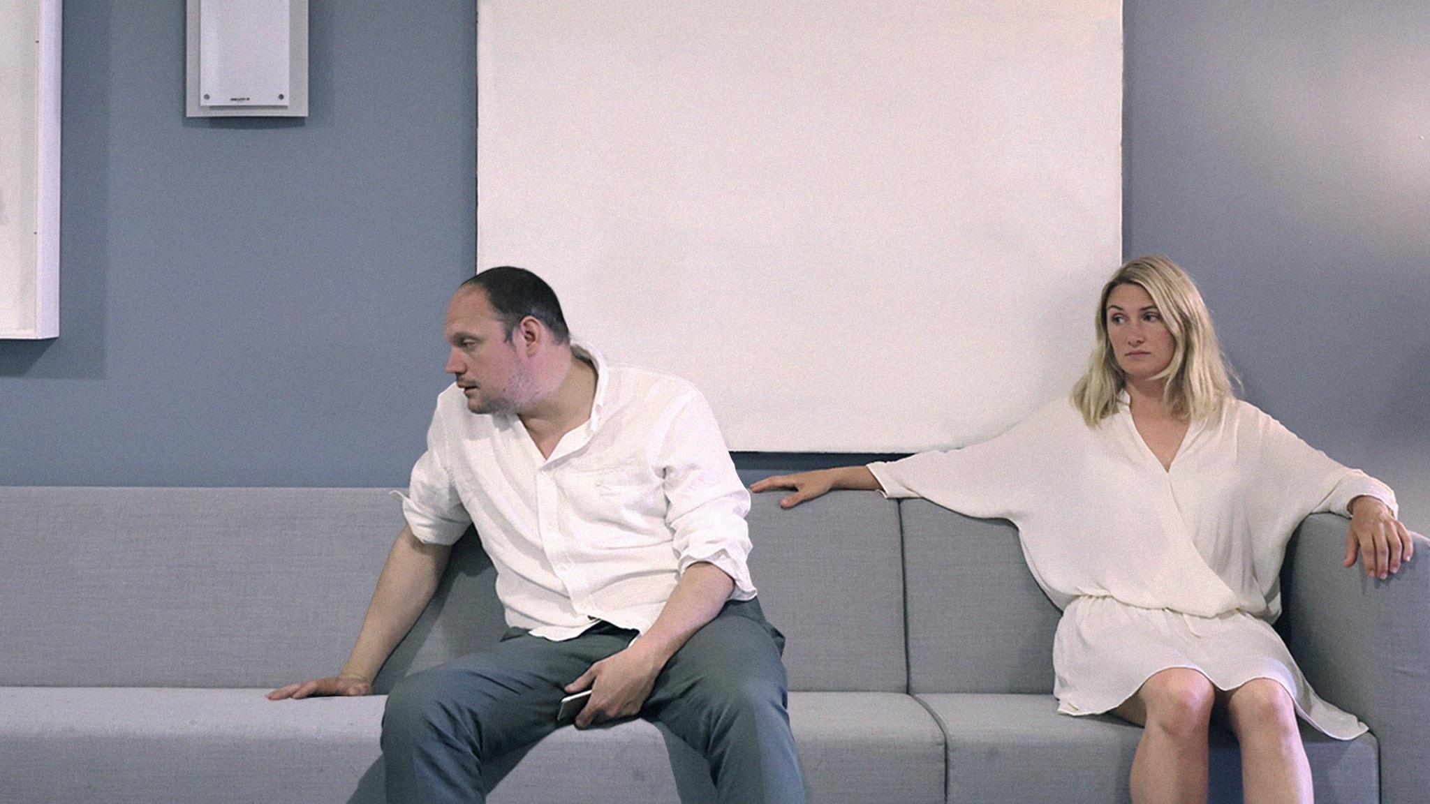 Jonatan Unge och Sissela Benn i en soffa.