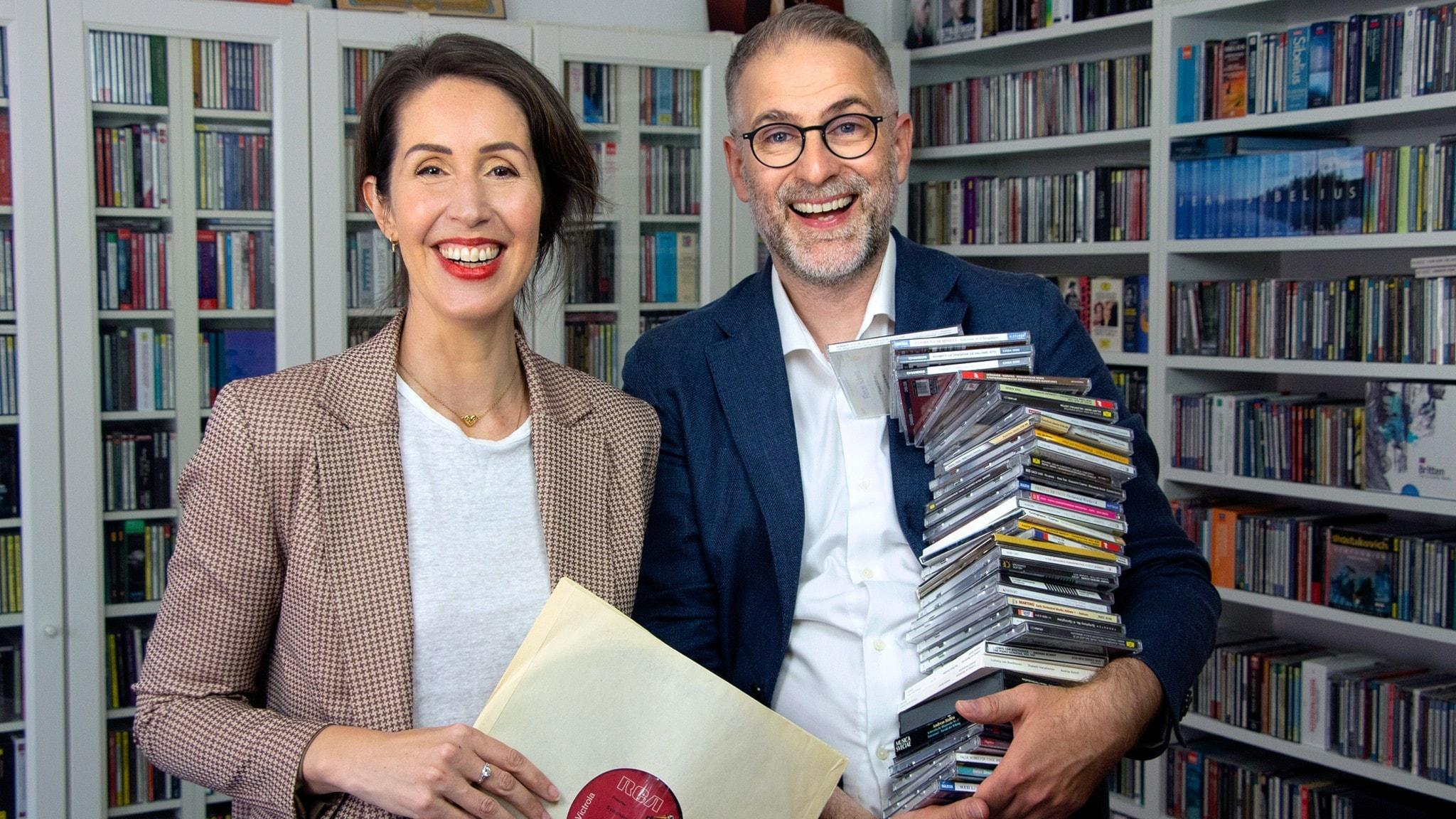 Clara och Johan framför en skivsamling.