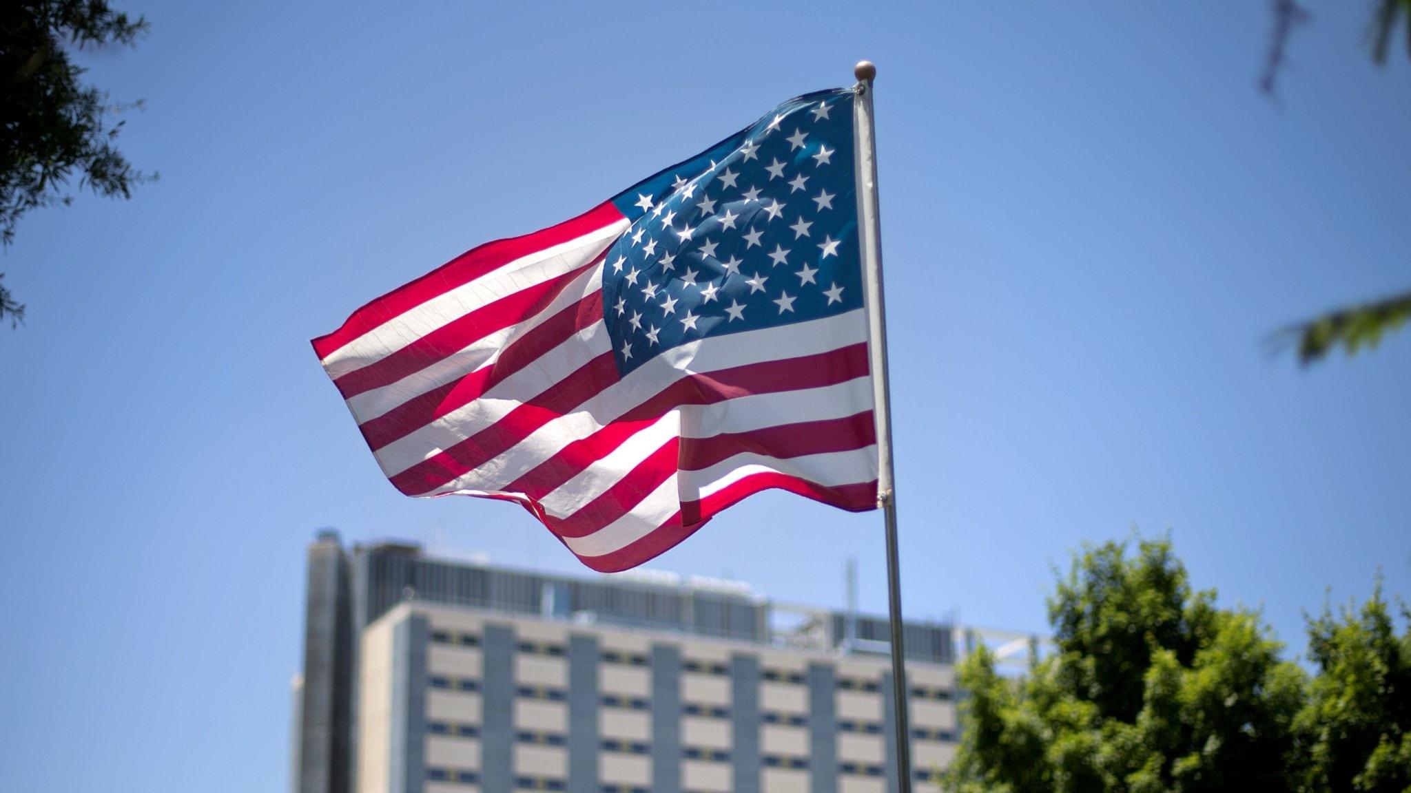 Amerikanska flaggan vajar i luften.