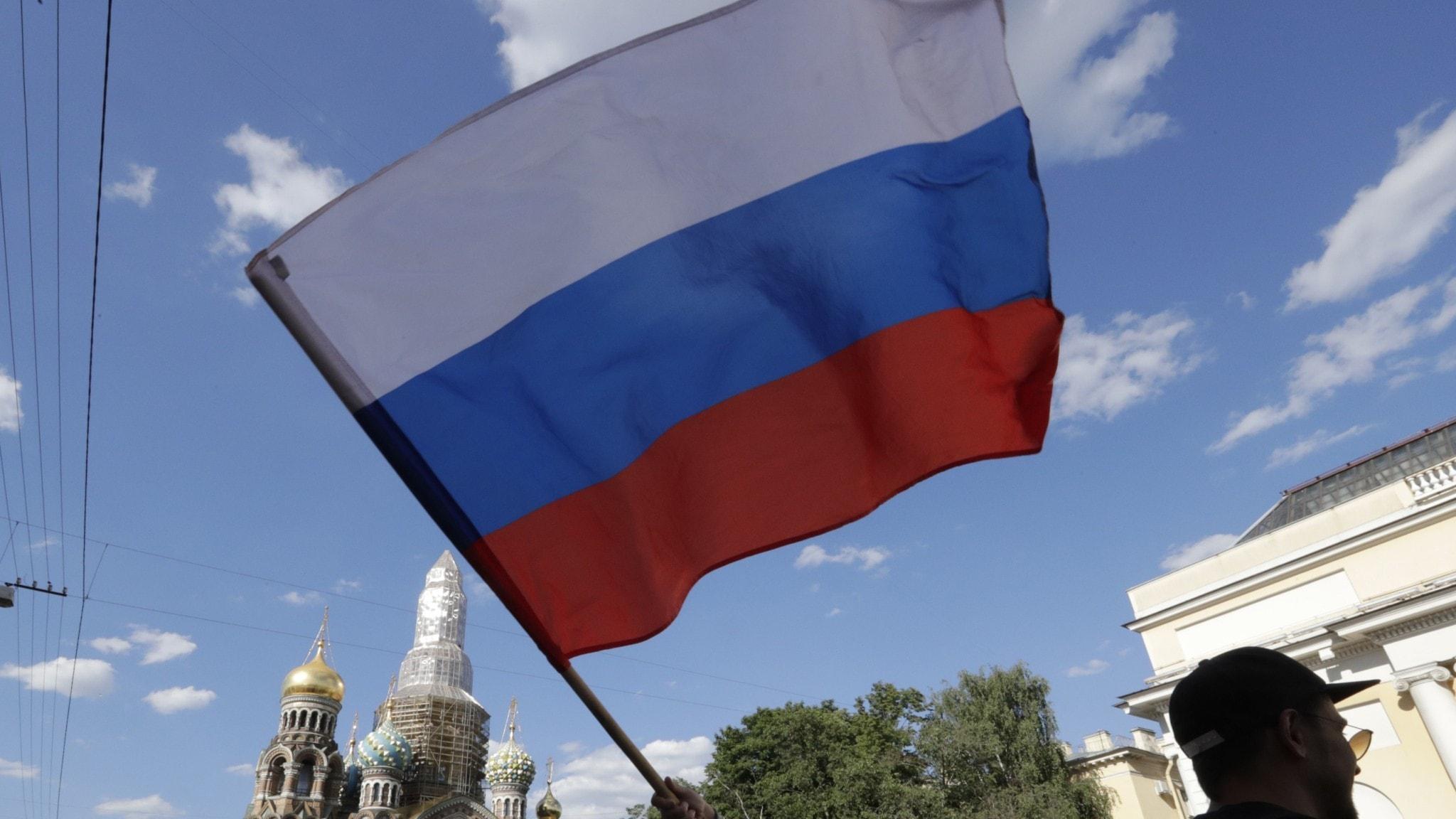 Ryska flaggan vajar i luften.