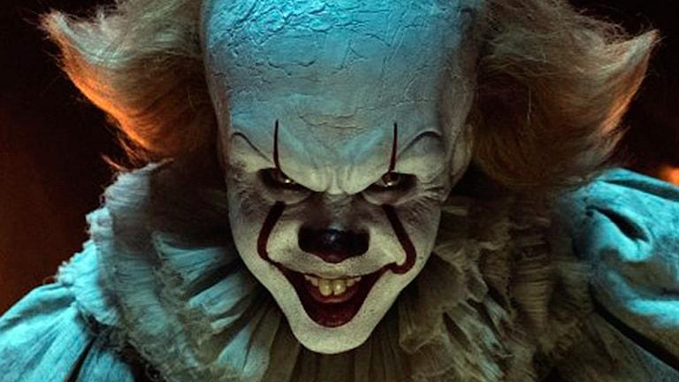 Bill Skarsgård som Pennywise i Det. Foto: Warner Bros. Picture.