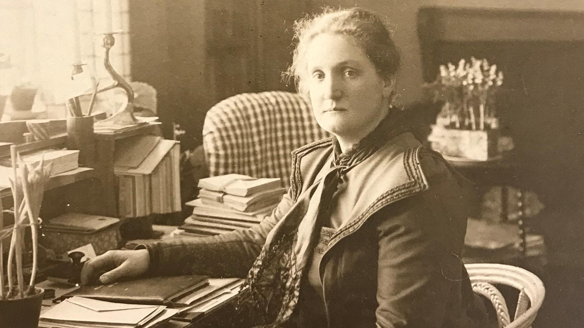Gerda Hellberg vid sitt skrivbord på Villa Skogsbrynet i Karlstad.