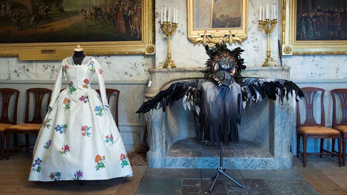 Kostymer i foajén på Drottningholms slottsteater som i år fyller 250 år.