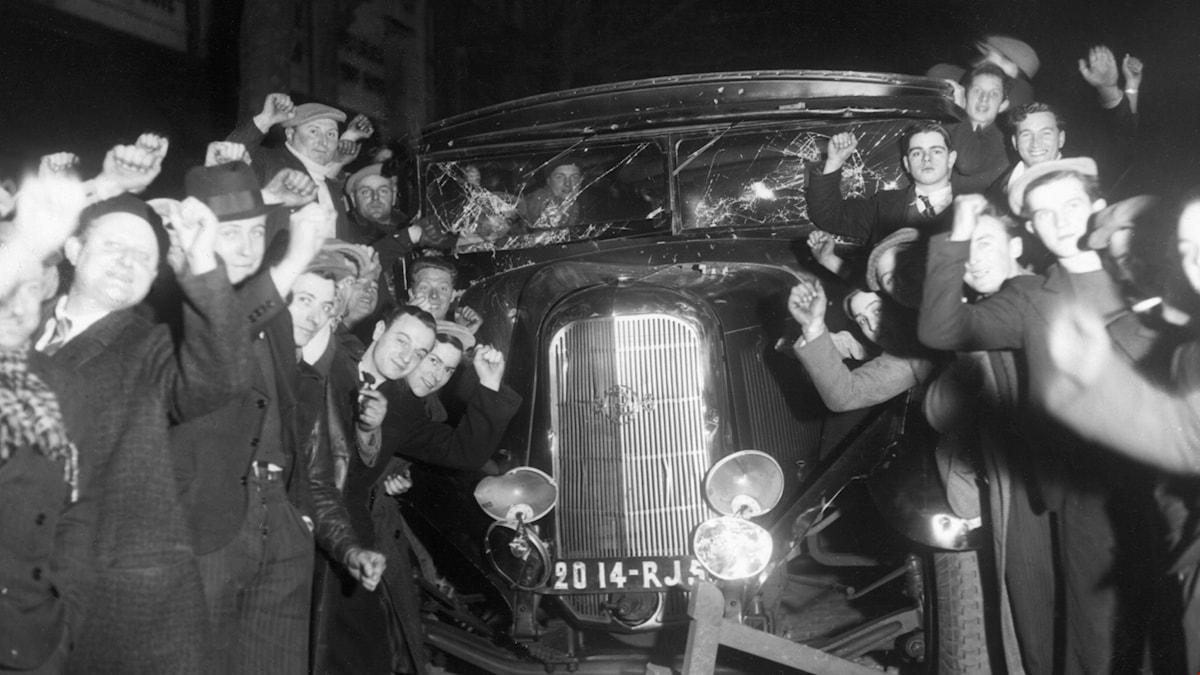 Paris, mars 1937. Demonstranter från Folkfronten har slagits med demonstranter från ett nationalistiskt högerparti. Fyra personer lära ha dött och 200 skadats. Foto: SVT Bild
