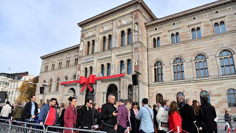 Kön utanför Nationalmuseum under invigningen.