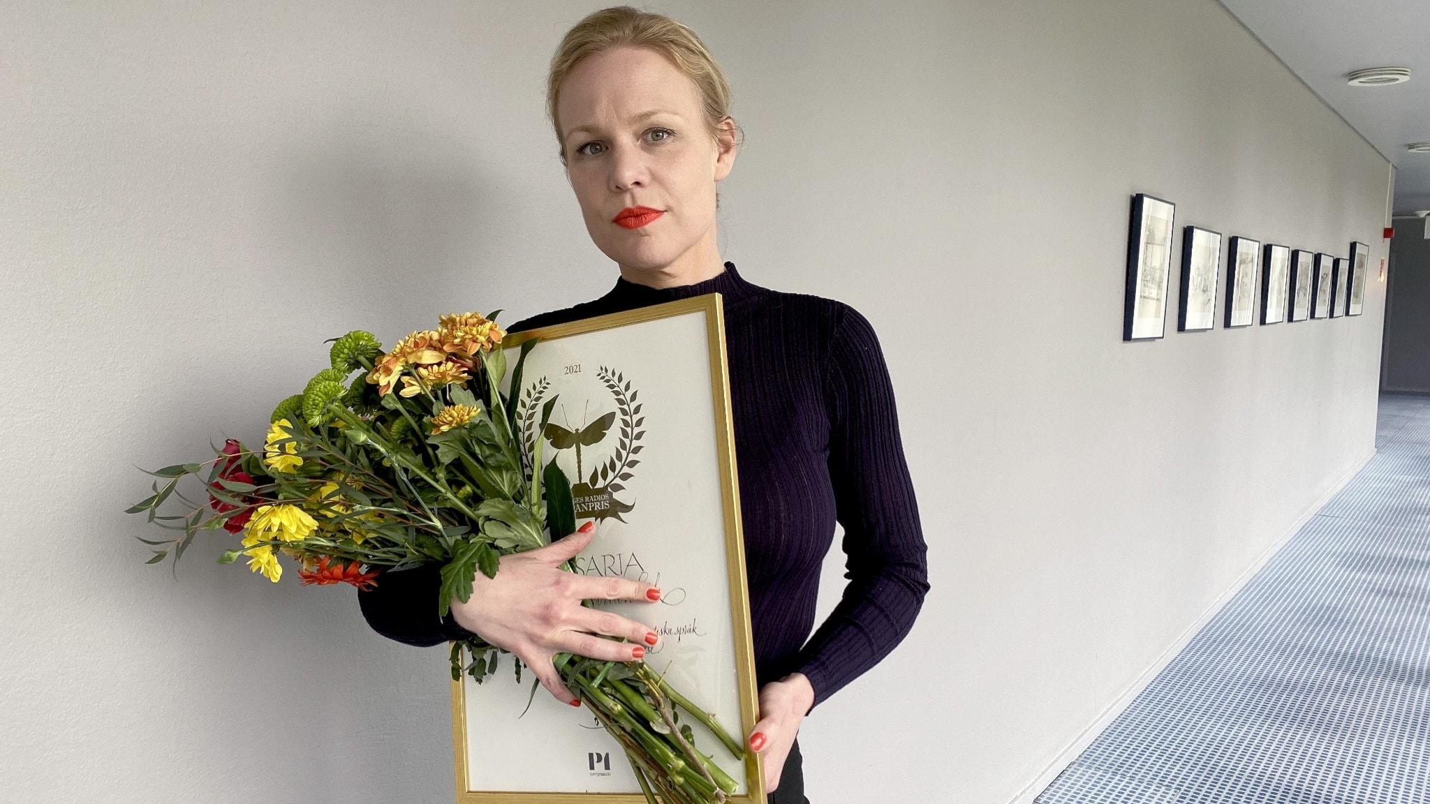Vinnare av romanpriset, Sveriges radios romanpris 2021, Hanna Nordenhök med diplom och blombukett.