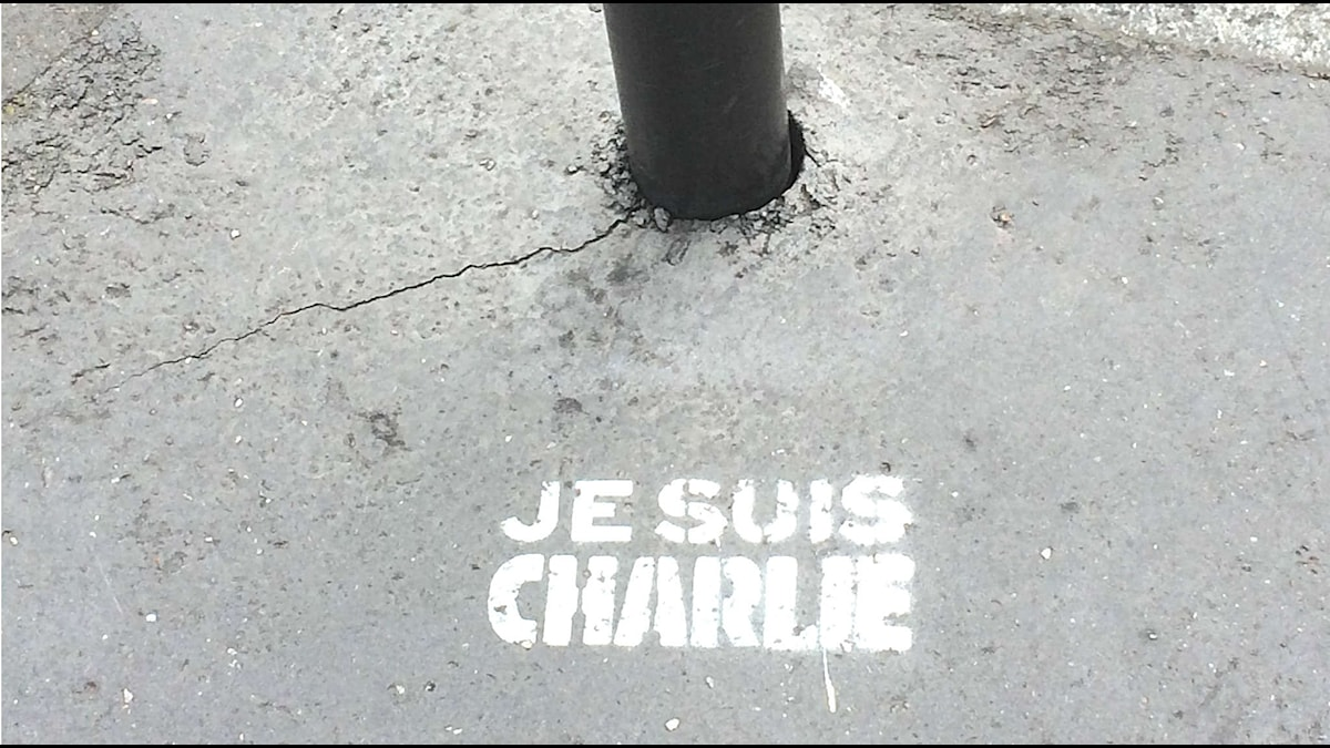 Je suis Charlie sprejat på en Paristrottoar Foto: Anna Tullberg/SR