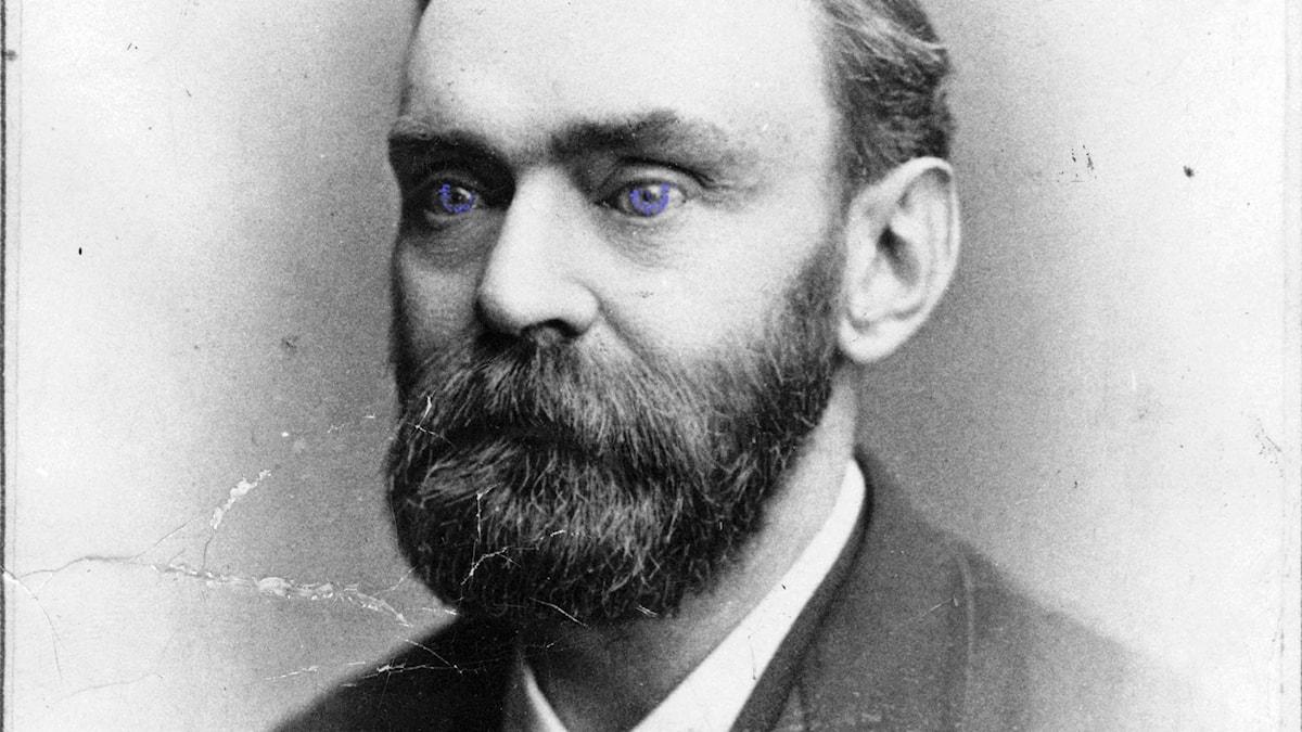 Alfred Nobel fotograferad 1870. Försedd med blå blick, i samband med SR Kulturs podd Nobelkoden, oktober 2015.