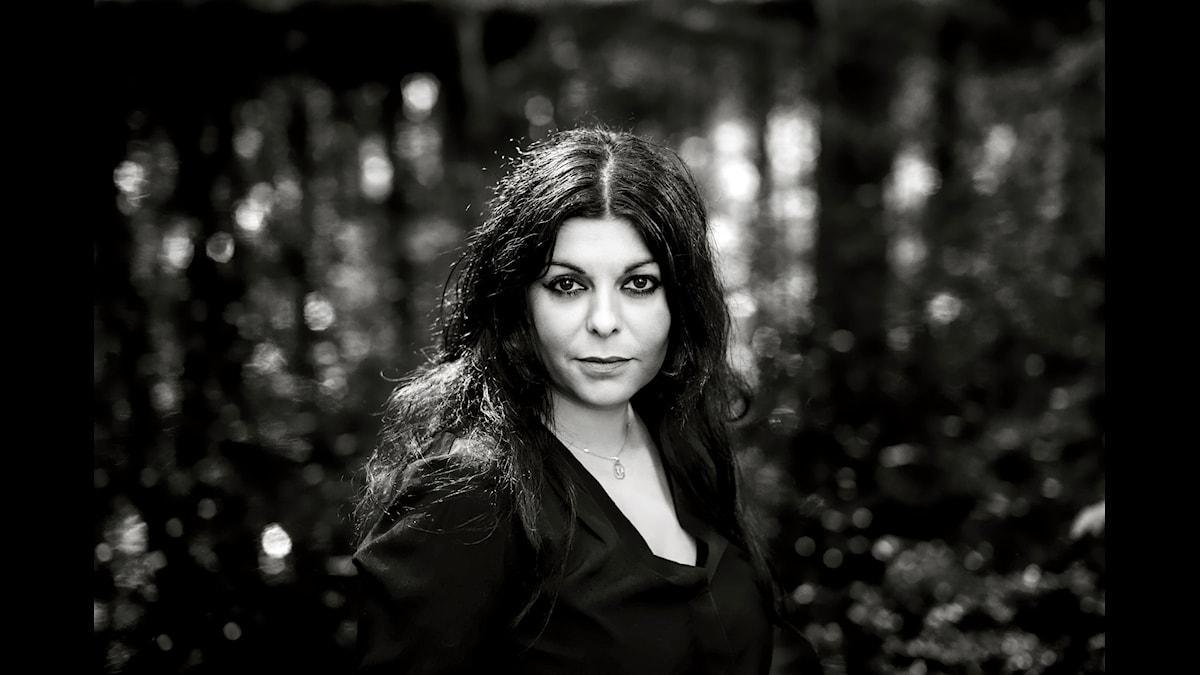 Poeten Shadi Angelina Bazeghi hyllas för diktsamlingen Vingeslag.