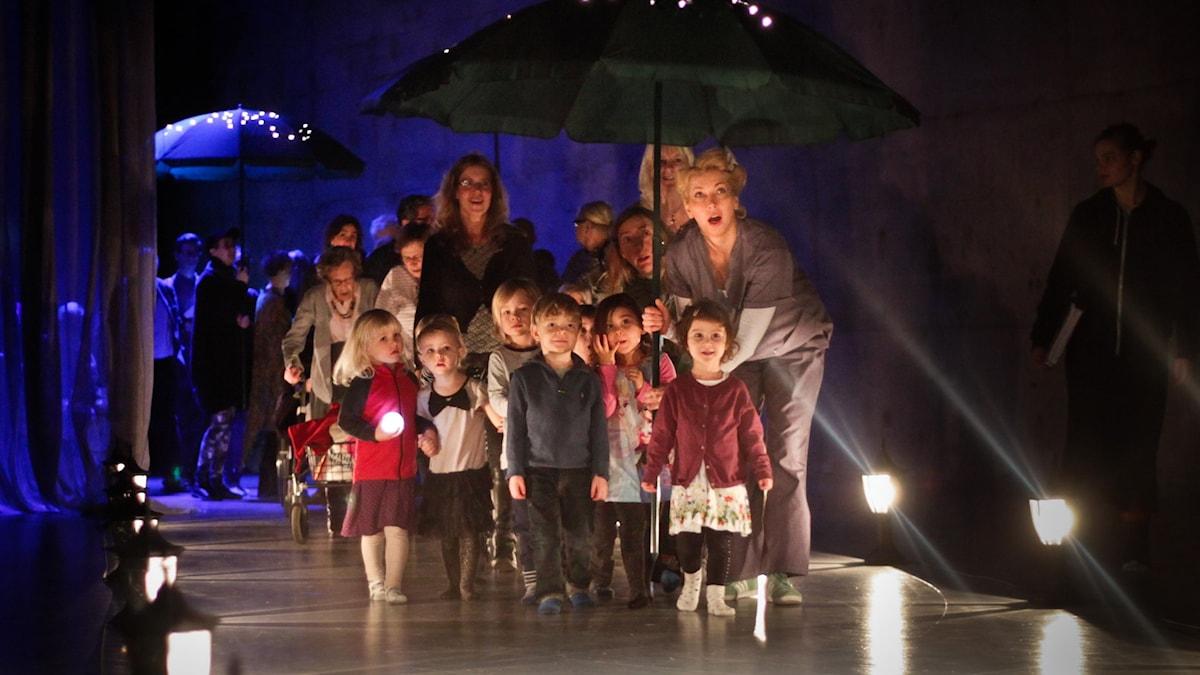 """Unga Klaras föreställning """"Alltet"""". Foto: Sara P Borgström."""