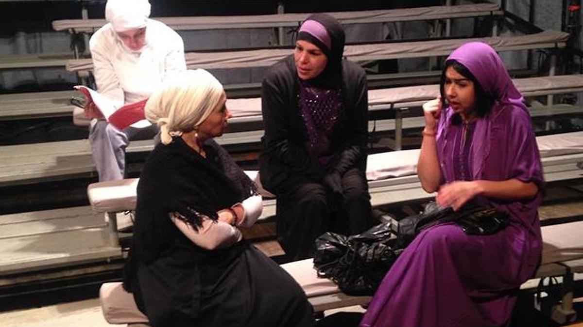 """Här repeterar några av de kvinnor som spelar i belgo-algeriska Malikas Madis pjäs i """"Sucre, venin et fleur d'oranger"""". Foto: Fanny Härgestam"""