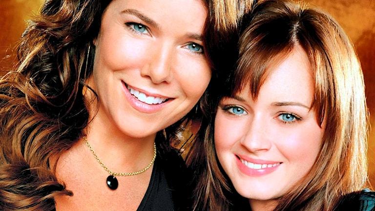 """Lauren Graham och Alexis Bledel spelade Lorelai och Rory Gilmore i """"Gilmor girls"""". Foto: Warner Bros."""