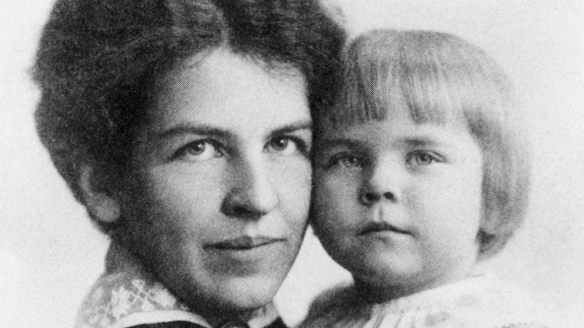 Tove Jansson som barn, tillsammans med sin mamma.
